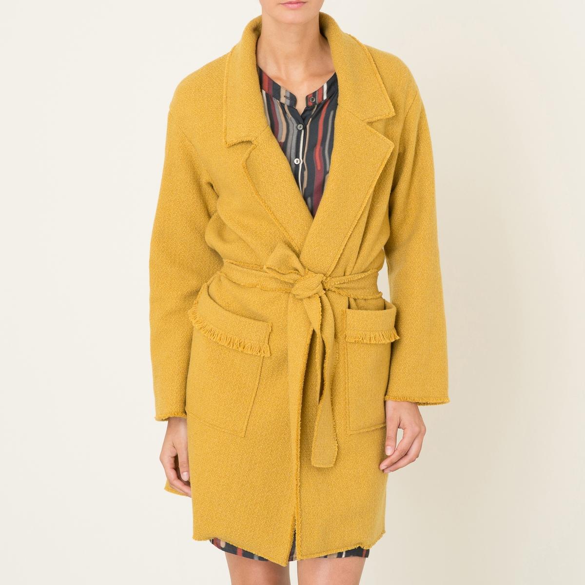 Пальто средней длины PONTOПальто DIEGA - модель PONTO средней длины. Пальто струящегося покроя в форме пеньюара. Окантовка в тон. Пиджачный воротник. 2 накладных кармана. Носить с поясом. Состав и описание Материал : 70% шерсти, 25% полиэстера, 5% других волоконМарка : DIEGA<br><br>Цвет: желтый