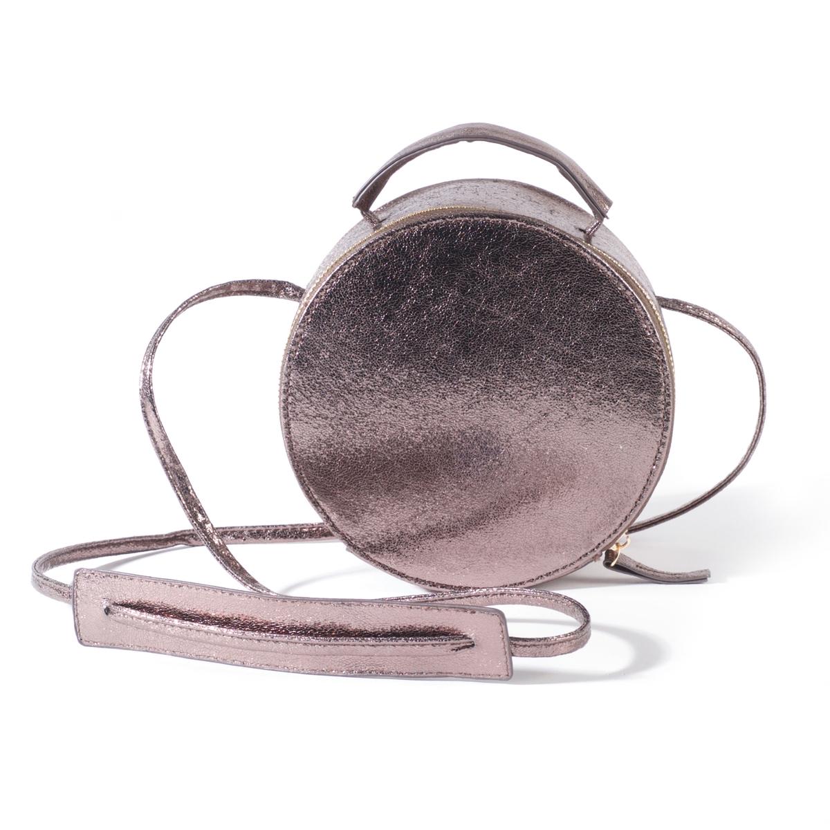 Сумка круглая маленькаяМарка: R edition.Размеры: диаметр 17 см x 8 см.Верх: 100% полиуретана.Подкладка: текстиль 100% полиэстера.Застежка: на молнию.Карманы: 1 внутренний карман.Плечевой ремень: ручка и плечевой ремень.Преимущества: эта маленькая сумка подарит Вам прогулку налегке дизайнерская форма сумки - коробка для шляпы - добавит оригинальности Вашему образу.<br><br>Цвет: серебристый,черный<br>Размер: единый размер