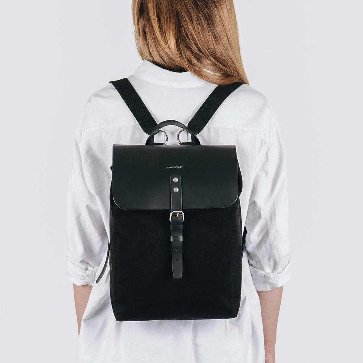 Рюкзак из двух материалов ALVAОписание:Рюкзак SANDQVIST - модель ALVA. Этот рюкзак подойдет к любому стилю одежды  ! Клапан с ремешком и 2 регулируемые лямки для переноски на спине .Детали •  1 ручка для переноски в руке  •  Регулируемые лямки для переноски на спине •  Металлический ремешок  •  Клапан спереди Состав и уход •  100% хлопок •  Детали 100% кожа  •  Подкладка 100% вторично переработанный полиэстер  •  Следуйте инструкции по уходу, указанной на этикетке.<br><br>Цвет: черный