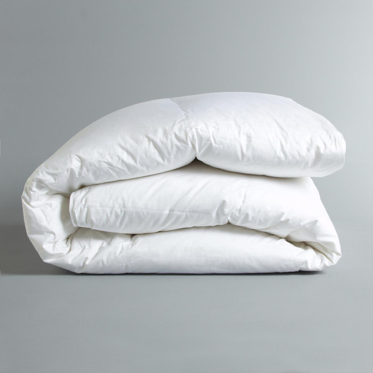 Синтетическое одеяло BanketСинтетическое одеяло Banket. Ощущение перины, комфорт полиэстера для аллергиков, простой уход этого невероятно пышного одеяла. Его умеренное тепло идеально подходит для ранней весны. Производство: Франция.Наполнитель :- 100% волокон полиэстера Suprelle Duv Touch, 350 г/м2. Чехол :- Очень мягкая и элегантная перкаль, 100% хлопка, 139 нитей/см2.- Квадратная прострочка для сохранения наполнителя.Уход :- Машинная стирка при 40 °C.<br><br>Цвет: белый<br>Размер: 200 x 200  см