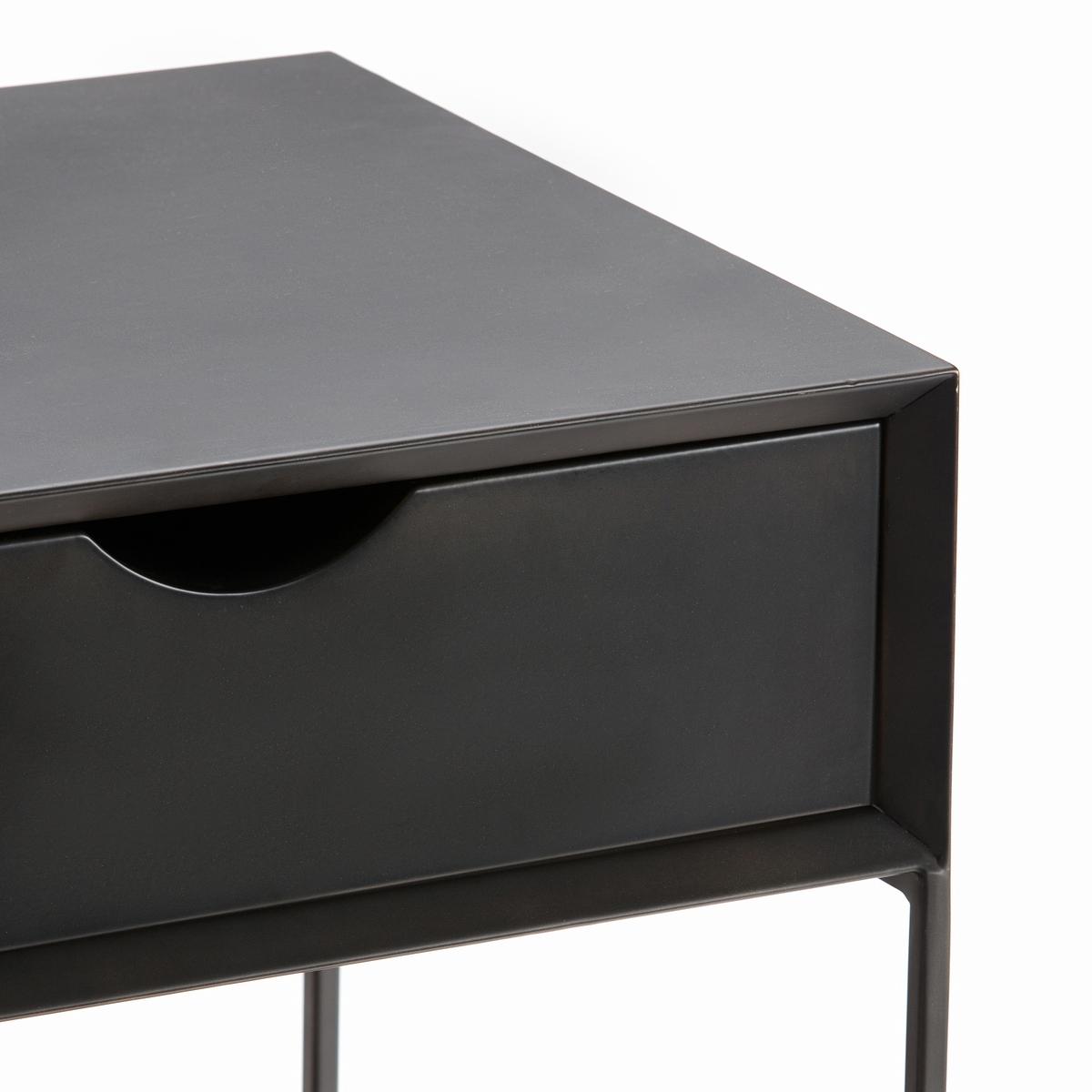 Столик прикроватный из металла, MamboМеталлический прикроватный столик Mambo . Простой и элегантный столик из состаренного металла можно использовать в спальне в качестве прикроватного или в гостиной в качестве журнального.Описание : - Состаренный металл с эпоксидным покрытием- 1 ящик- Поставляется в собранном видеРазмеры :- Ш43 x В50 x Г41 см- Размеры ящика : Ш39,2 x В11,5 x Г38,3 смРазмеры и вес упаковки: - Ш55 x В60,5 x Г52 см, 18,6 кг<br><br>Цвет: темно-серый металл