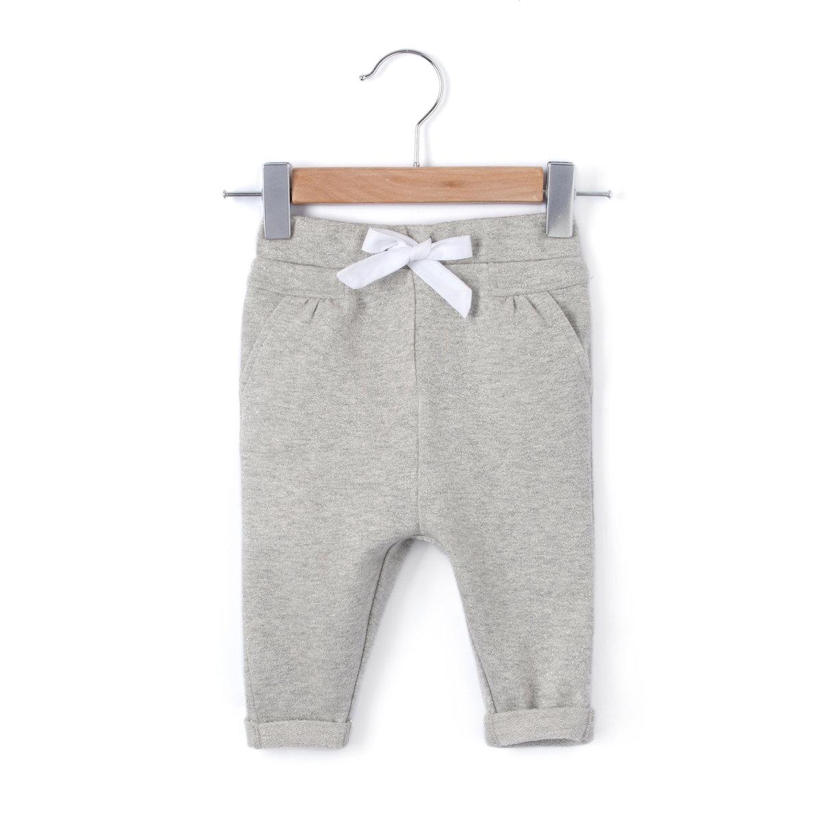 Брюки с пайетками, 1 месяц -3 годаСпортивные брюки без застежки, 95% хлопка, 5% метализированного волокна. Идеальны для вашего маленького непоседы, не сковывают в движении. Полностью эластичный пояс на кулиске  с завязками. 2 кармана спереди. . Отрезные детали по внутр. шву. Низ брючин с отворотами.<br><br>Цвет: серый меланж<br>Размер: 1 мес. - 54 см.1 год - 74 см.3 года - 94 см