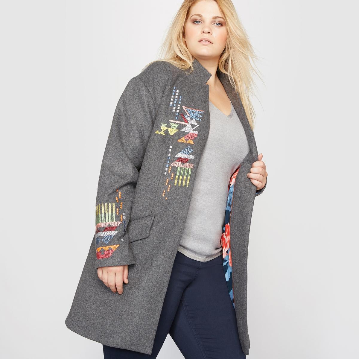 Пальто с вышивкойКороткое пальто с вышивкой. Оно станет любимым предметом Вашего гардероба.Вышивка с тиле майя спереди и по краям рукавов с приспущенной проймой.Прямой стоячий воротник.2 кармана с клапанами спереди.Состав и характеристики :Материал : 43% полиэстера, 38% шерсти, 11% акрила, 3% полиамида, 3% хлопка, 2% вискозы.Длина : 92 см.Марка : CASTALUNA.Уход :Рекомендуется сухая (химическая) чистка.<br><br>Цвет: серый меланж<br>Размер: 52 (FR) - 58 (RUS)