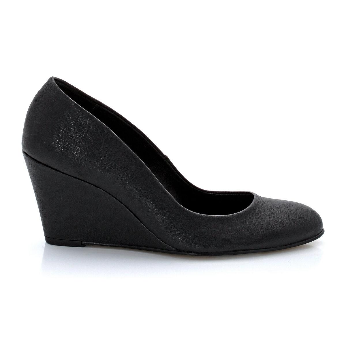 Туфли на устойчивом каблукеУдобный устойчивый каблук, изящные и женственные линии - туфли для комфортной жизни. Будьте элегантной и современной в любых обстоятельствах!<br><br>Цвет: черный<br>Размер: 40