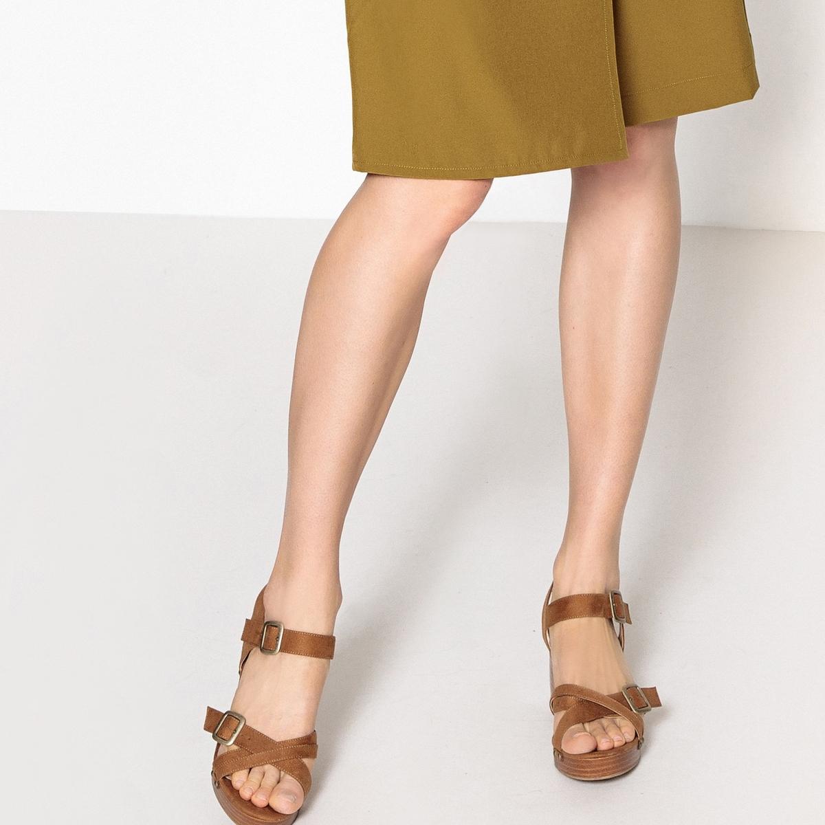 Sandalias con plataforma y detalle de tachuelas
