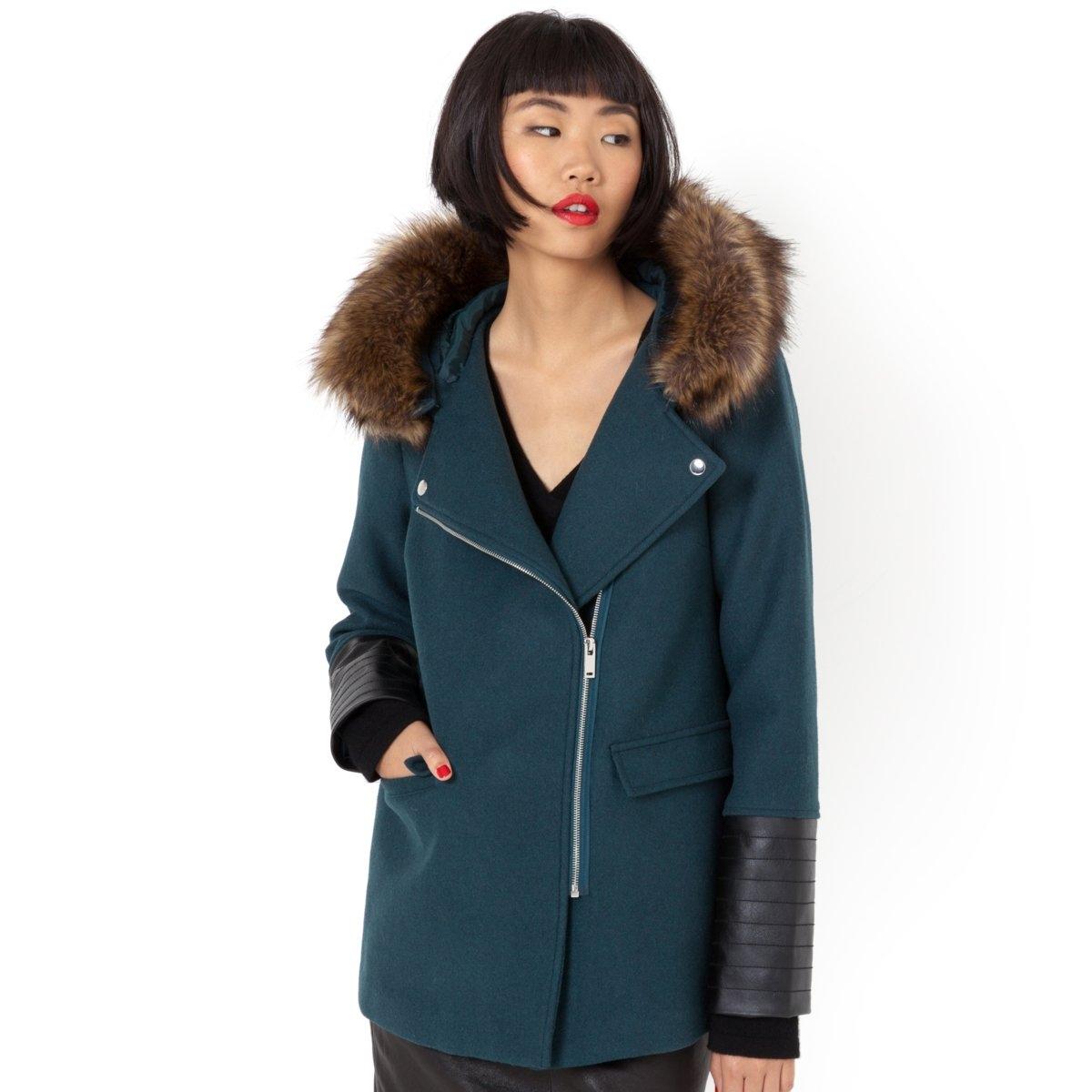 Пальто короткоеКороткое трапециевидное пальто с капюшоном. 55% шерсти, 35% полиэстера, 5% акрила, 5% других волоко для варианта в черном цвете, и 50% шерсти, 40% полиэстера, 6% акрила, 4% других волокон для варианта в зеленом цвете. 2 кармана с клапанами. Капюшон со съемным синтетическим мехом. Вставки из искусственной кожи. Длина 70 см.<br><br>Цвет: зеленый<br>Размер: 44 (FR) - 50 (RUS)