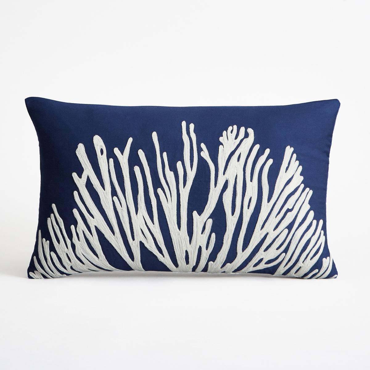 Наволочка на подушку-валик, MarianaНаволочка на подушку-валик Mariana. В морском стиле с вышитым рисунком в виде коралла белого цвета. Однотонная оборотная сторона темно-синего цвета. Из сатина, на подкладке из нетканого материала. Застежка на скрытую молнию внизу. Размеры : 50 x 30 см. Подушка продается отдельно.<br><br>Цвет: синий морской