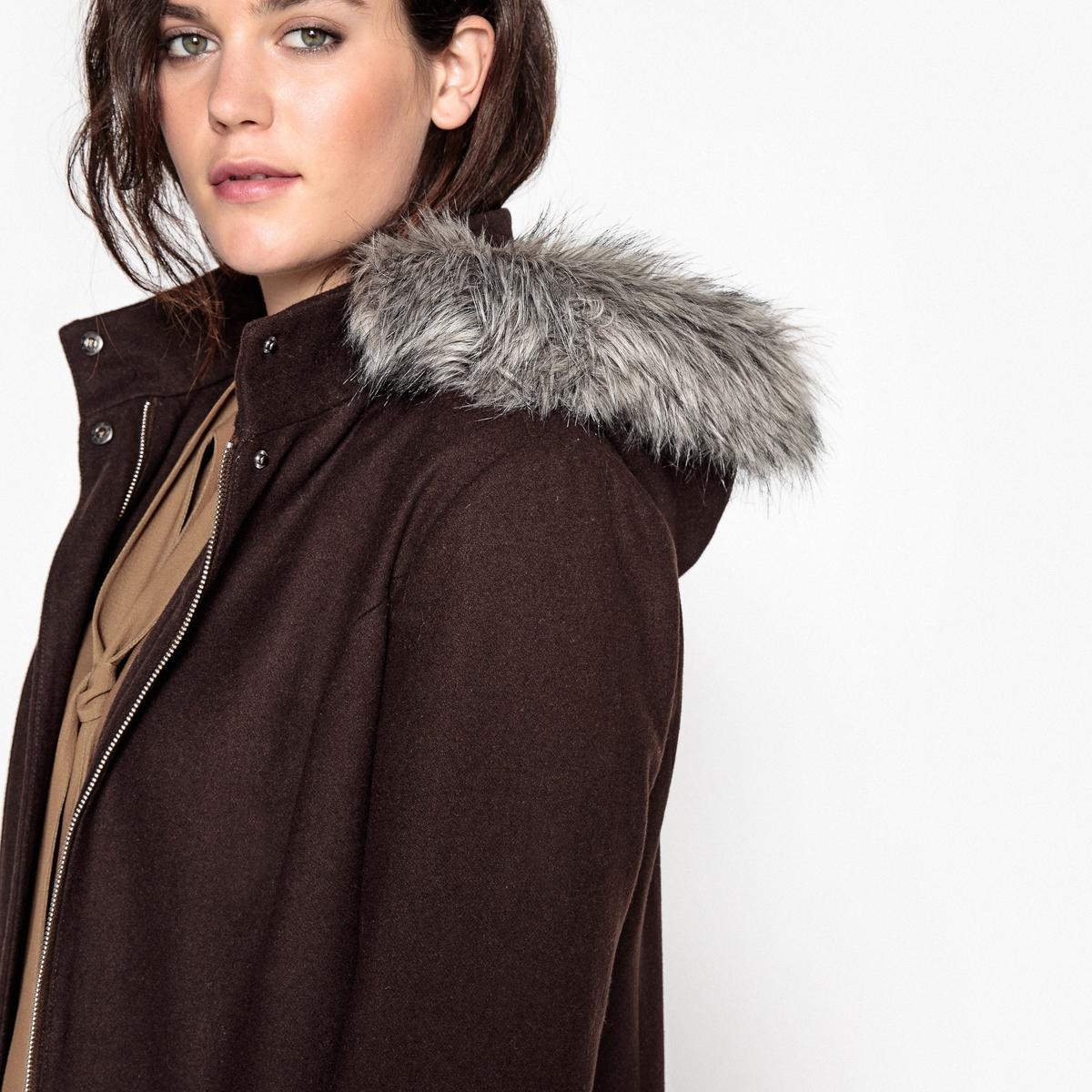 Пальто с капюшономВам захочется закутаться в это длинное пальто с капюшоном, которое защитит вас в любую непогоду. Пальто с капюшоном из шерстяного драпа незаменимо в вашем гардеробе.Детали •  Длина : удлиненная модель •  Капюшон  • Застежка на пуговицы •  С капюшоном Состав и уход •  60% шерсти, 1% полиамида, 39% полиэстера •  Подкладка  : 100% полиэстер • Не стирать • Низкая температура глажки / не отбеливать   •  Не использовать барабанную сушку •  Деликатная сухая чисткаТовар из коллекции больших размеров •  Супатная застежка на молнию и кнопки •  2 кармана с клапанами •  Капюшон с опушкой из искусственного меха.<br><br>Цвет: серый меланж,шоколадный