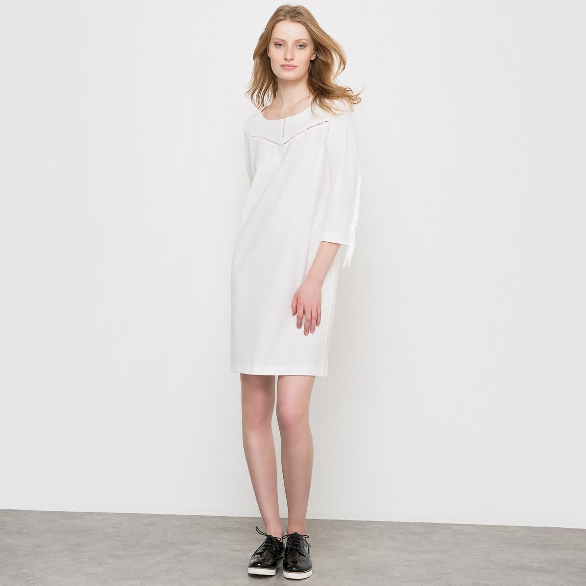 Платье с бахромойПлатье с рукавами, отделанными бахромой. Прямой покрой, рукава 3/4 с бахромой, круглый вырез. Ажурный пластрон спереди. Платье структурировано отрезными деталями по бокам и на поясе сзади. Застежка на молнию сзади. Состав и описаниеМатериал : 63% полиэстера, 33% вискозы, 4% эластанаДлина : 90 см Уход Машинная стирка при 30 °С<br><br>Цвет: слоновая кость,черный<br>Размер: 40 (FR) - 46 (RUS).34 (FR) - 40 (RUS).34 (FR) - 40 (RUS).48 (FR) - 54 (RUS)