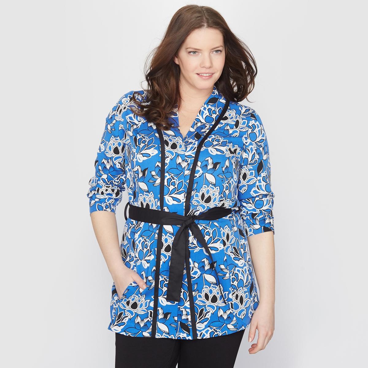 Жакет-кимоно с цветочным мотивомЖакет-кимоно. Яркий цветочный рисунок ! Однотонный черный ремешок на поясе . Контрастная черная бейка на вырезе и рукавах . 100% вискозы . Длина 72 см .<br><br>Цвет: рисунок цветочный синий<br>Размер: 52 (FR) - 58 (RUS)