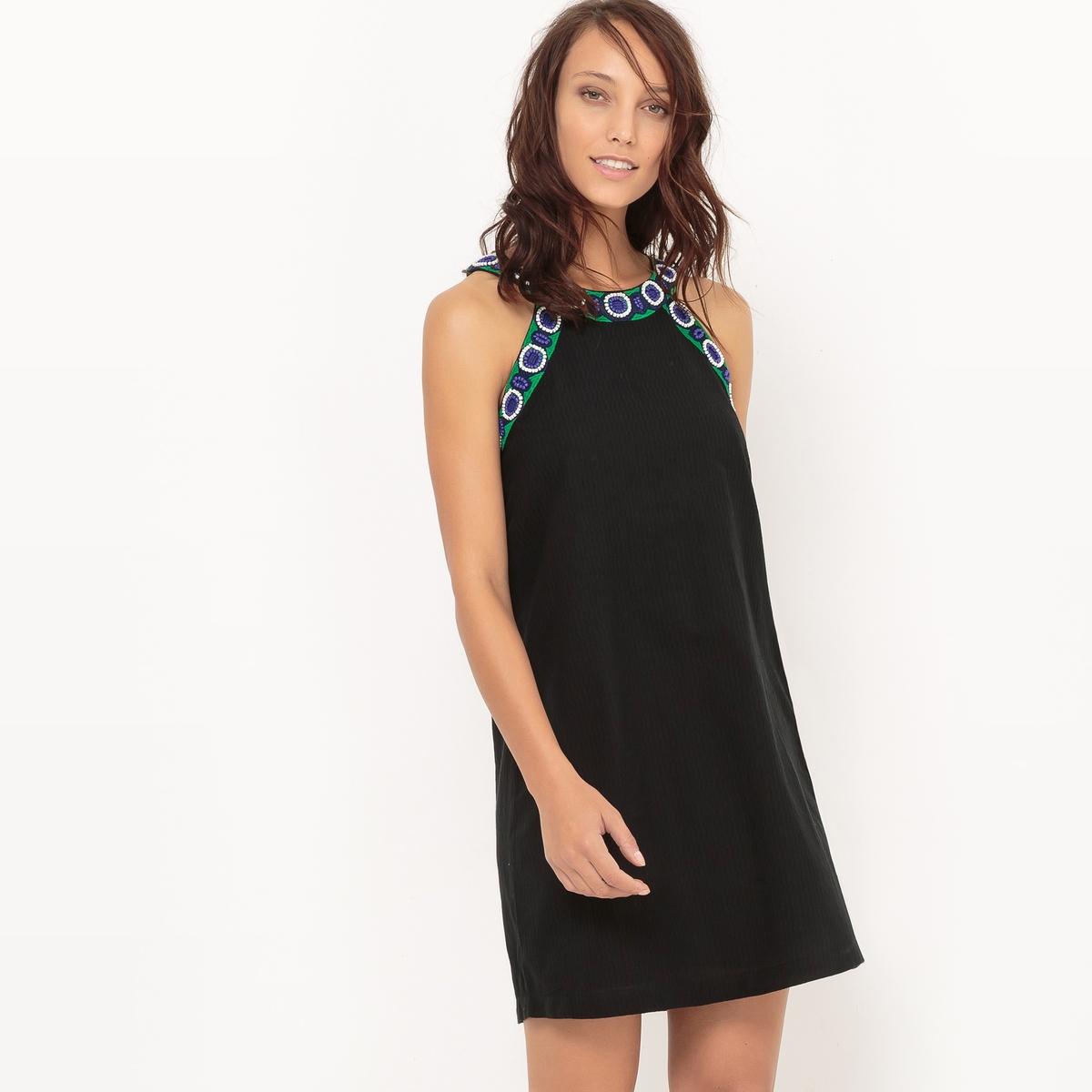 Платье-футляр с отделкой вышивкой и бисером
