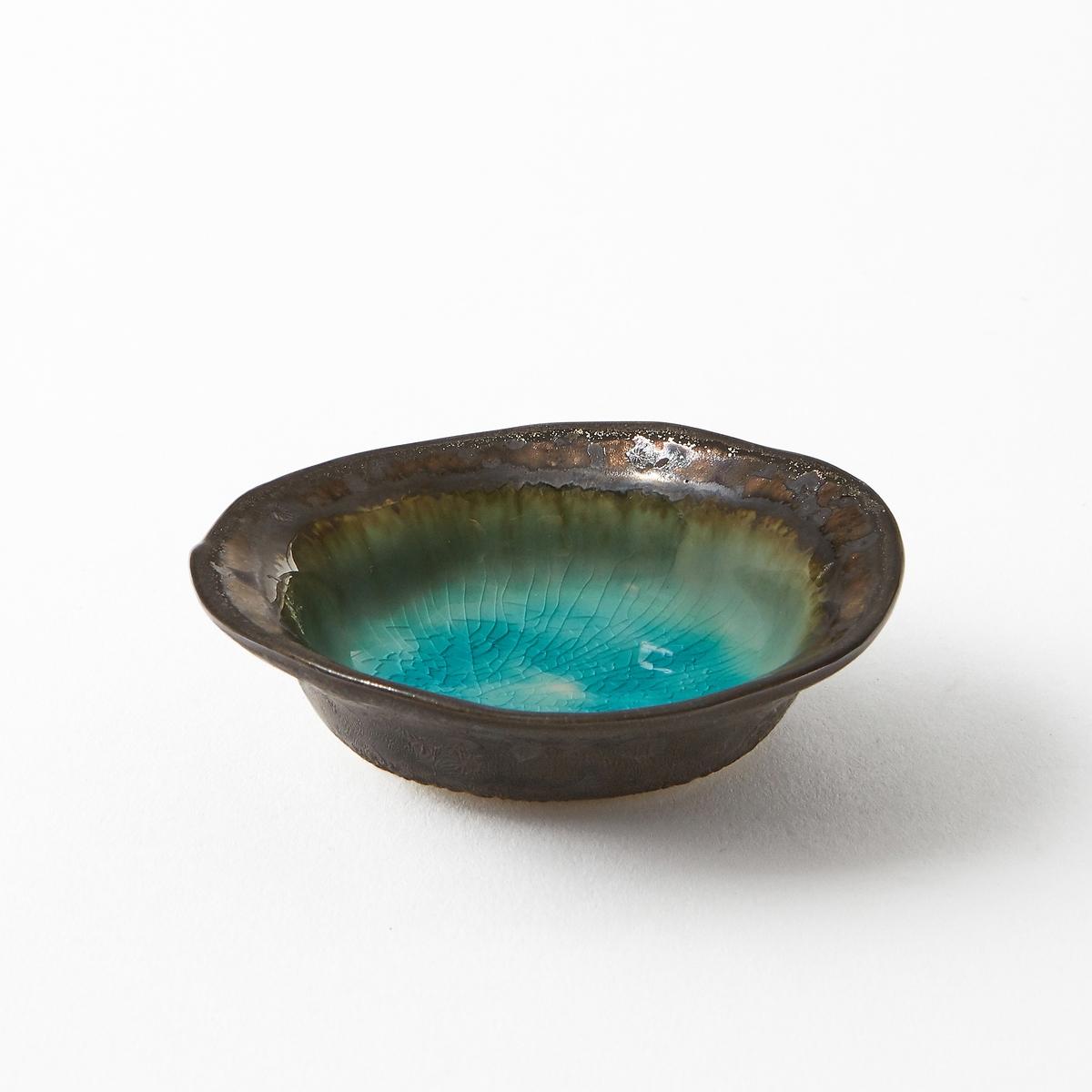 Чаша керамическая эмалированная AltadillЧаша Altadill. Керамическое блюдо с бирюзовой эмалью и металлизированной отделкой под бронзу. Ручная работа, каждое блюдо уникально. Размеры : ?8,5 x В2 см.Мыть в посудомоечной машине запрещено. .<br><br>Цвет: голубой бирюзовый