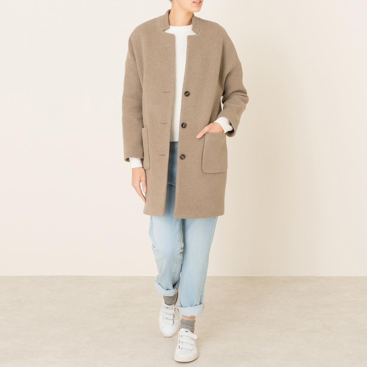 Пальто VOLGAПальто HARRIS WILSON - модель VOLGA. Пальто из итальянской ткани. Воротник-стойка. Приспущенные проймы. Застежка на 3 пуговицы. 2 больших накладных кармана. Подкладка с рисунком. Состав и описание Материал : 80% шерсти, 20% полиамидаМарка : HARRIS WILSON<br><br>Цвет: темно-бежевый<br>Размер: L