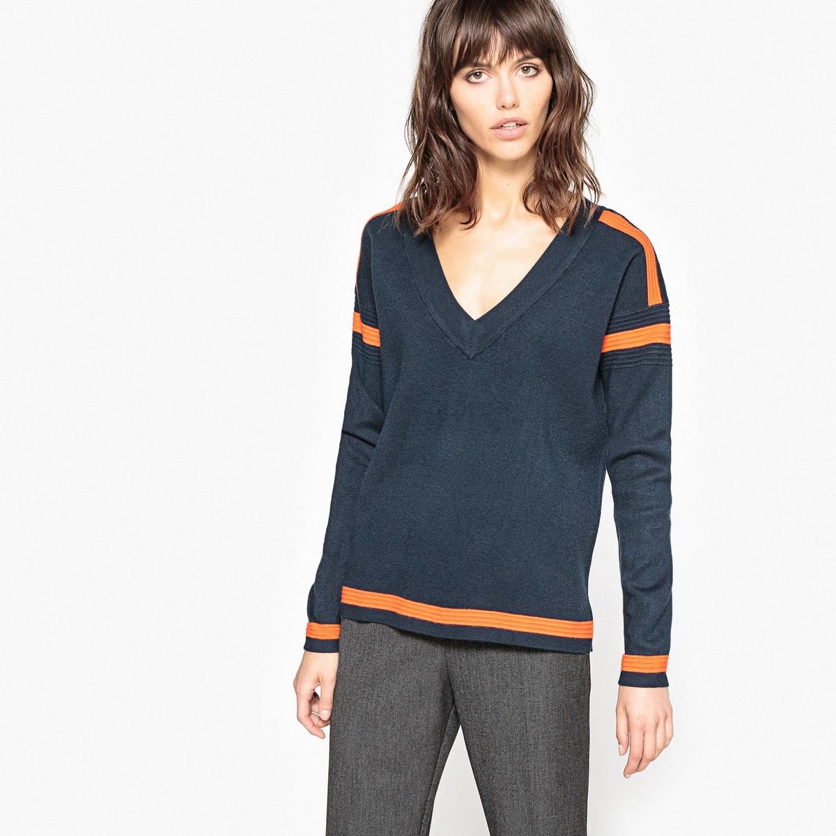 Sweter z dekoltem w serek, o drobnym splocie