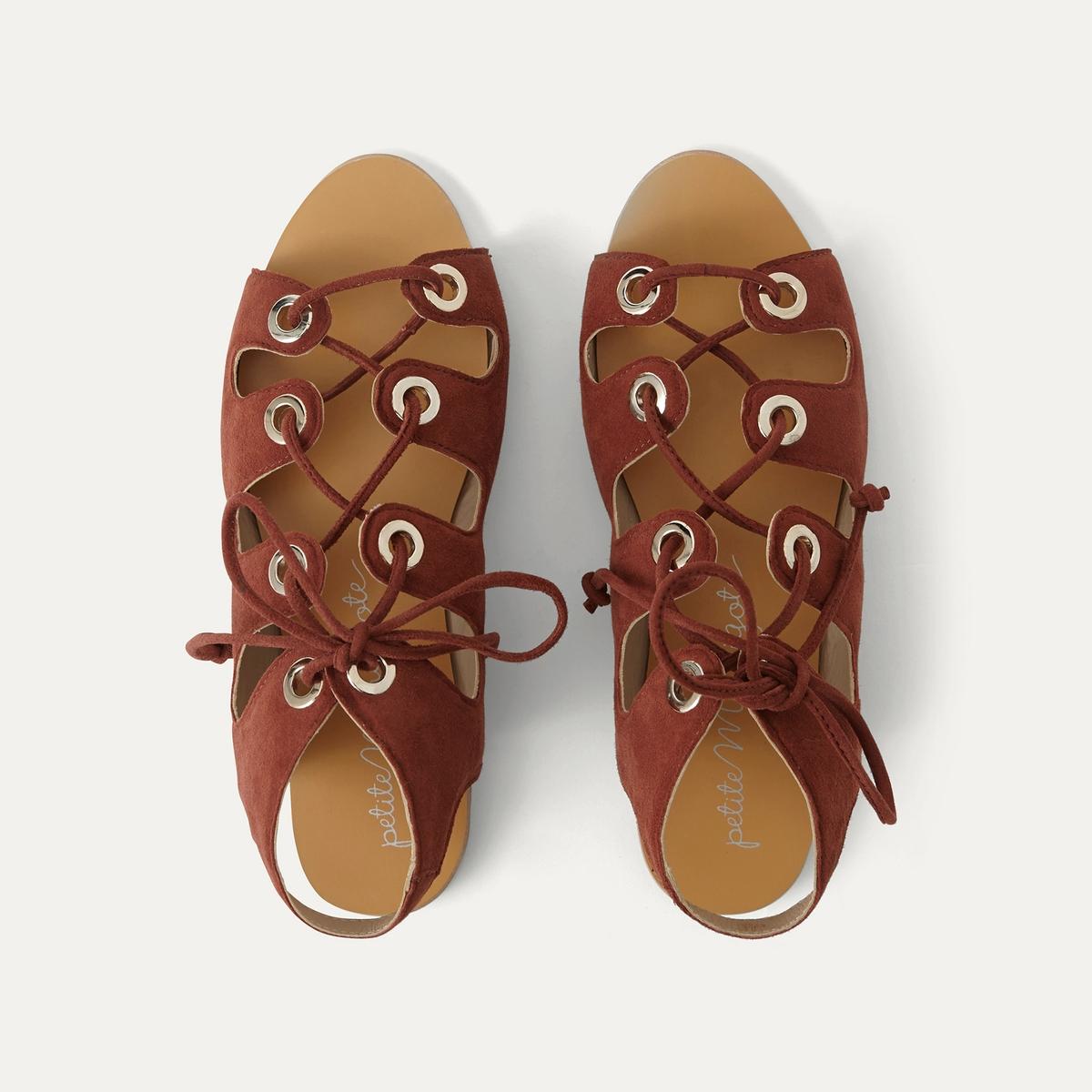 Босоножки кожаныеОписание:Детали  •  Плоский каблук •  Застежка : шнуровка •  Открытый мысок •  Велюровая отделка, нубукСостав и уход  •  Верх 100% козья кожа<br><br>Цвет: кирпичный