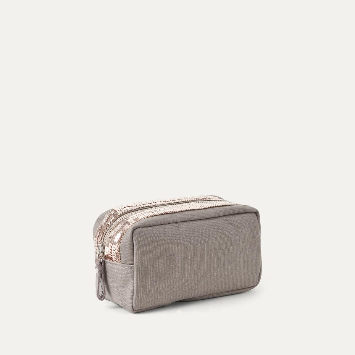 Сумка для макияжа из ткани с блесткамиСумка ATHE VANESSA BRUNO - модель сумки для макияжа из канвы серого цвета с блестками . Застежка на молнию. Внутренний карман на молнии. Состав и описание:    Материал : Ткань канва 100% хлопокПодкладка из поплина 100% хлопок    Размеры : Шир.. 18 x В. 11 x Г. 9 см   Марка : ATHE VANESSA BRUNO<br><br>Цвет: серый