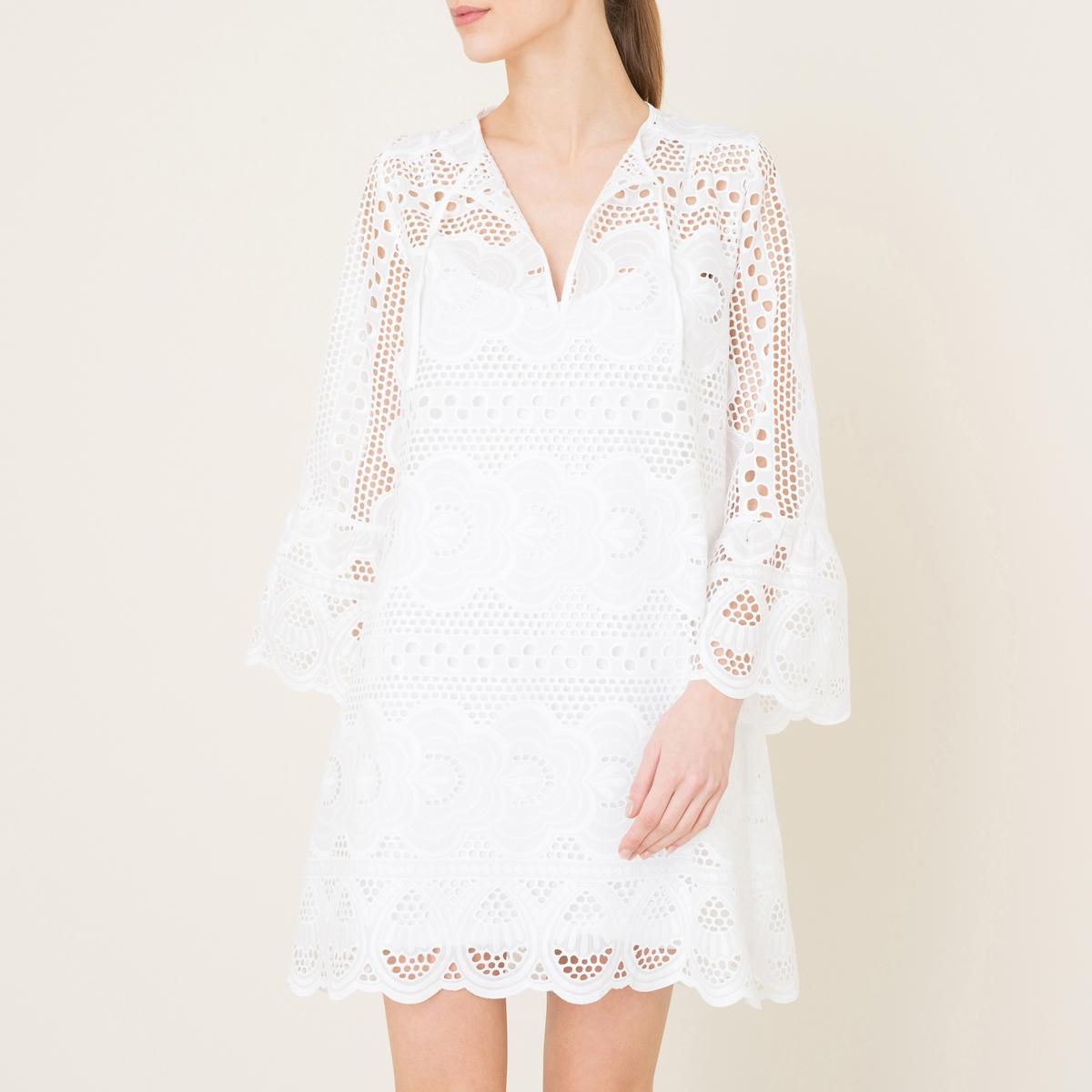 Платье ANVERSКороткое платье VALERIE KHALFON - модель ANVERS из хлопка с английской вышивкой. Круглый вырез с разрезом спереди с завязками. Длинные рукава, манжеты с воланом. 2 кармана в боковых швах. Подкладка платья на тонких бретелях.Состав и описание Материал : 100% хлопокПодкладка платья 97% вискозы, 3% эластанаДлина : 90 см. для размера 36Марка : VALERIE KHALFON<br><br>Цвет: белый