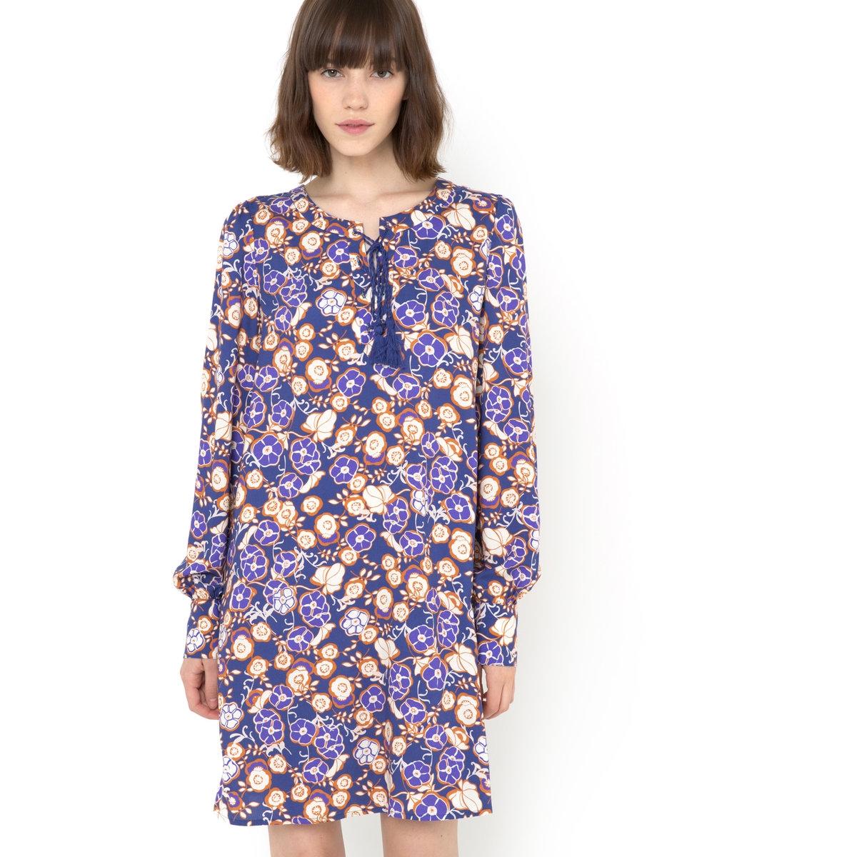 Платье FOLK с цветочным рисункомПлатье FOLK - MADEMOISELLE R. Цветочный сплошной рисунок на фиолетовом фоне. Длинные рукава. Круглый вырез, застежка на пуговицы и завязка с 2 помпонами. Мелкие сборки на плечах. Длинные присобранные манжеты, застежка на 2 пуговицы. Длина ок.88 см. Платье из 100% полиэстера.<br><br>Цвет: набивной рисунок