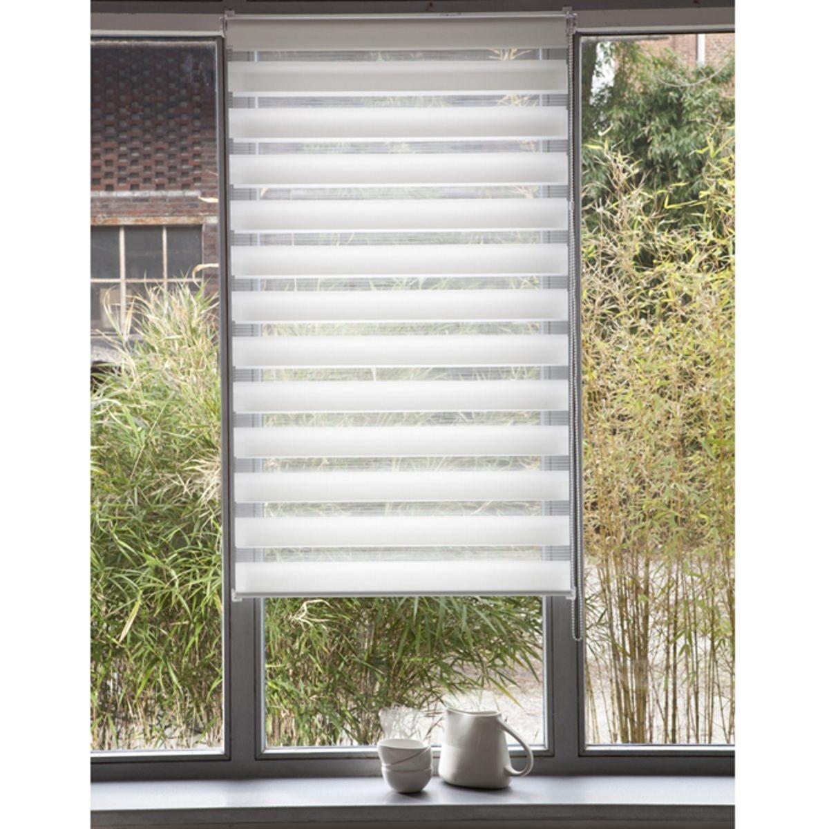 Штора рулонная, пропускающая свет, Jour / Nuit, с системой Easy (для не широких окон)Эта штора позволяет выбирать интенсивность света, от ажурного эффекта до рассеянного света . Снабжена системой Concept Easy : крепление защелкой !. Без сверления и крепления, она крепится на окна ПВХ с помощью клипс, входящих в комплект  . Мягкая ткань 100% полиэстер .Тяжелая рейка внизу.Длина регулируется механизмом с цепочкой.Можно отрезать по ширине. - H150 x L32 см- H150 x L37 см- H150 x L42 см 3 цвета на выбор - H150 x L42 см .3 цвета на выбор.<br><br>Цвет: антрацит,белый