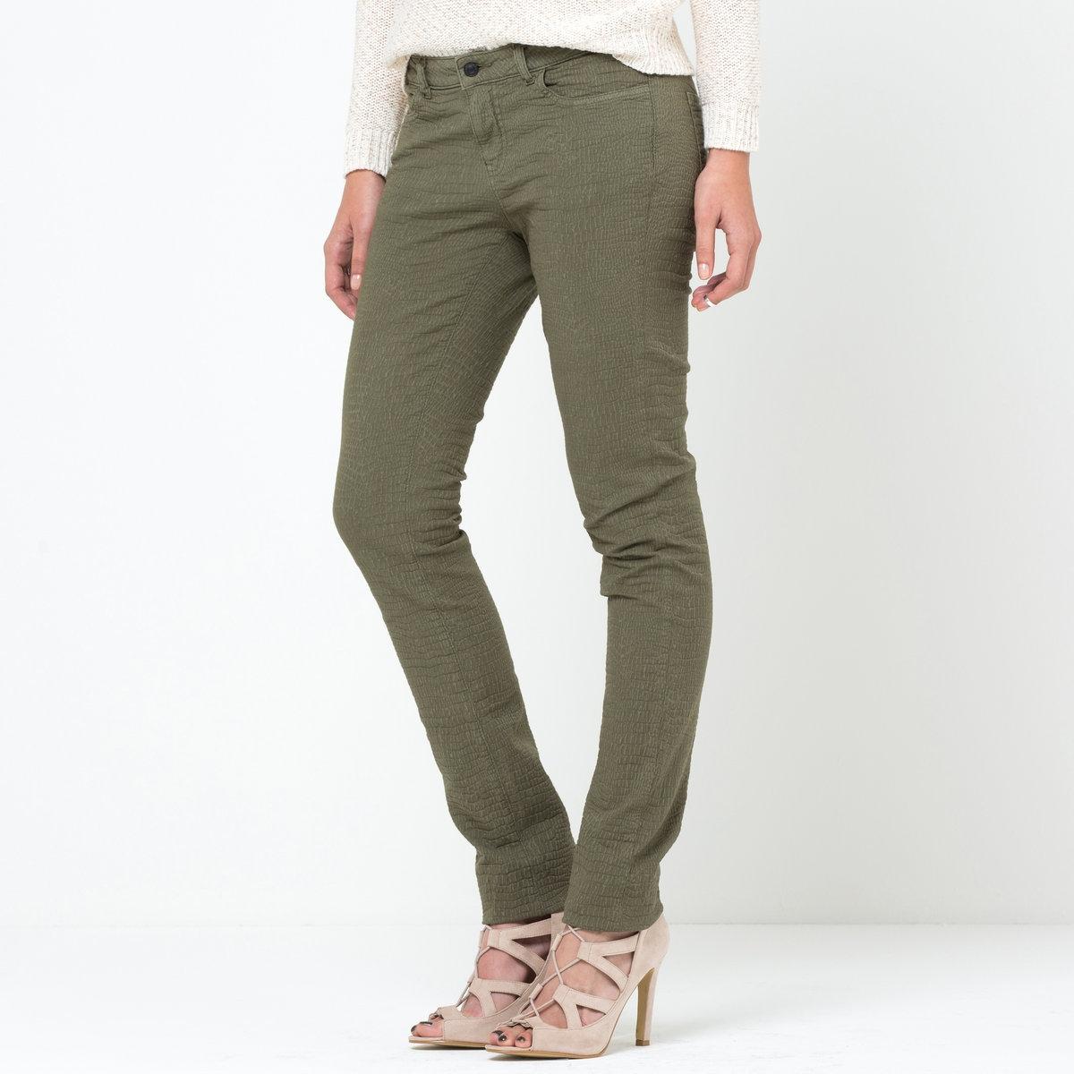 Брюки узкие с рисунком под рептилию, длина по внутр. шву 81 смУзкие брюки Soft Grey из материала с рисунком в тон под рептилию. Материал стретч, 97% хлопка, 3% эластана. 5 карманов. Длина по внутр. шву 81 см. Ширина по низу 15,5 см.Узкий покрой: облегающая модель, зауженные брючины.<br><br>Цвет: розовый,хаки<br>Размер: 36 (FR) - 42 (RUS).38 (FR) - 44 (RUS).46 (FR) - 52 (RUS).34 (FR) - 40 (RUS)
