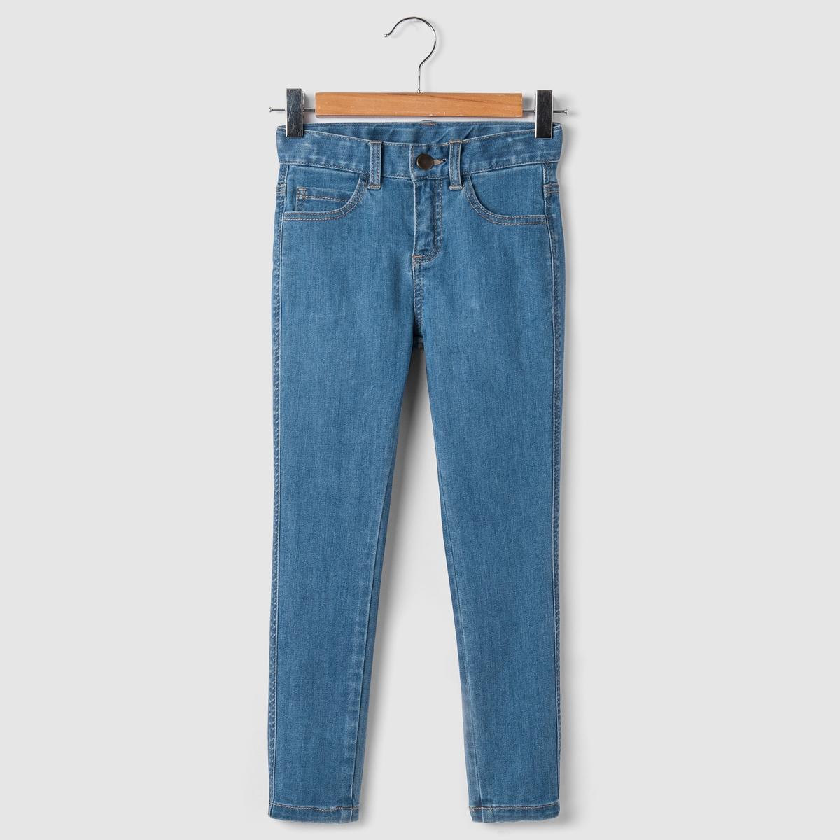 Джинсы узкие, 3-12 летУзкие джинсы, пояс со шлевками регулируется внутренней резинкой на пуговице. Застежка на молнию и кнопки. 2 передних кармана + 1 часовой карман. 2 кармана сзади.Состав и описание : Материал       деним 58% хлопка, 42% полиэстера для вытертой модели, светло-бежевого и бежевого цветов 99% хлопка, 1% эластана для серого цветаМарка       R essentielУход :Машинная стирка при 30 °C с вещами схожих цветов.Стирать и гладить с изнаночной стороны.Машинная сушка в обычном режиме.Гладить при средней температуре.<br><br>Цвет: голубой потертый<br>Размер: 5 лет - 108 см