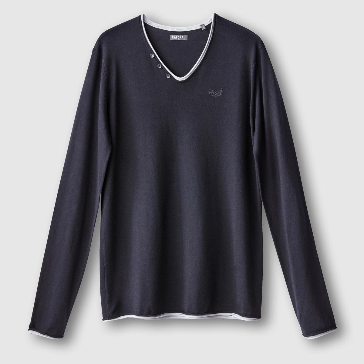 Пуловер Kerin с V-образным вырезомПуловер, модель Kerinот KAPORAL. Прямой покрой, V-образный вырез с запахом (футболка под пуловером). 3 пуговицы на одной стороне. Небольшая аппликация в виде логотипа марки слева снизу. Контрастная отделка краев. Состав и описаниеМатериал : 100% хлопкаМарка : KAPORAL<br><br>Цвет: черный