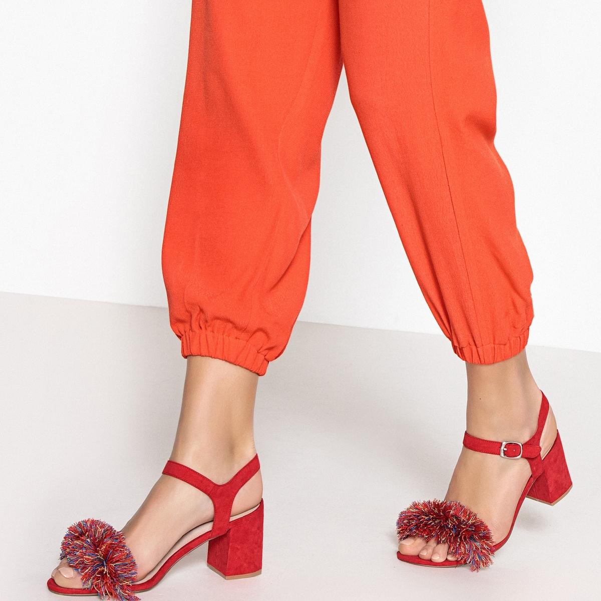 Sandálias com detalhe de pompons