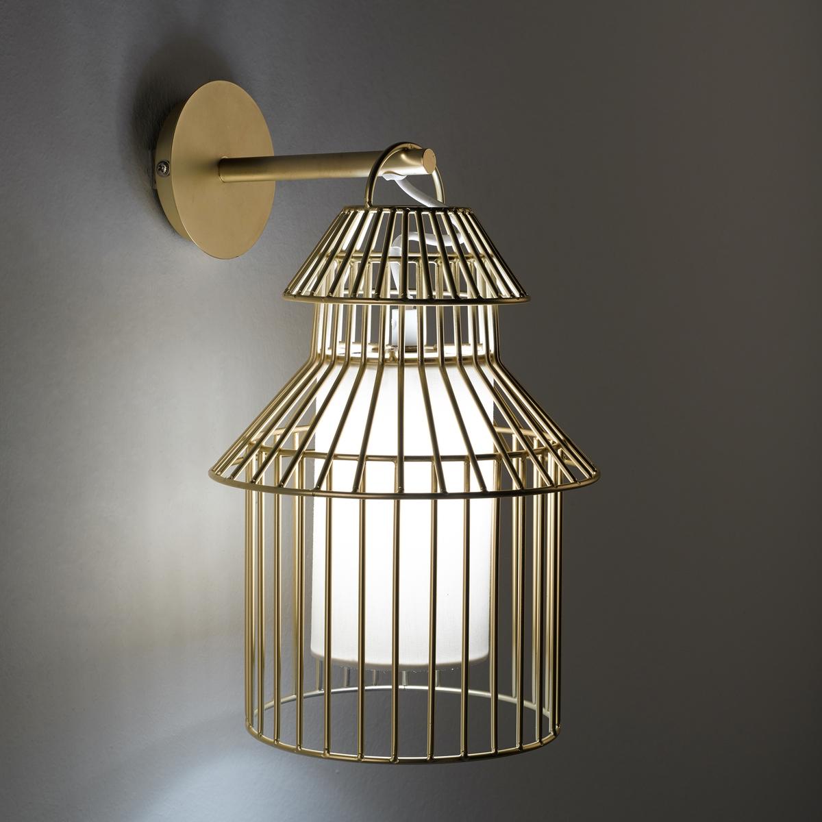 Бра в форме птичьей клетки, CuicuicuiХарактеристики : - Проволочный каркас из металла с покрытием эпоксидной краской золотистого цвета- Оборудован защитными экранами, предохраняющими ребенка от контакта с лампой- Патрон G9 для лампы макс. 18 Вт (продается отдельно)- Совместим с лампами класса энергопотребления AРазмеры : - Ш.22 x В.33 x Г.19 см<br><br>Цвет: металл