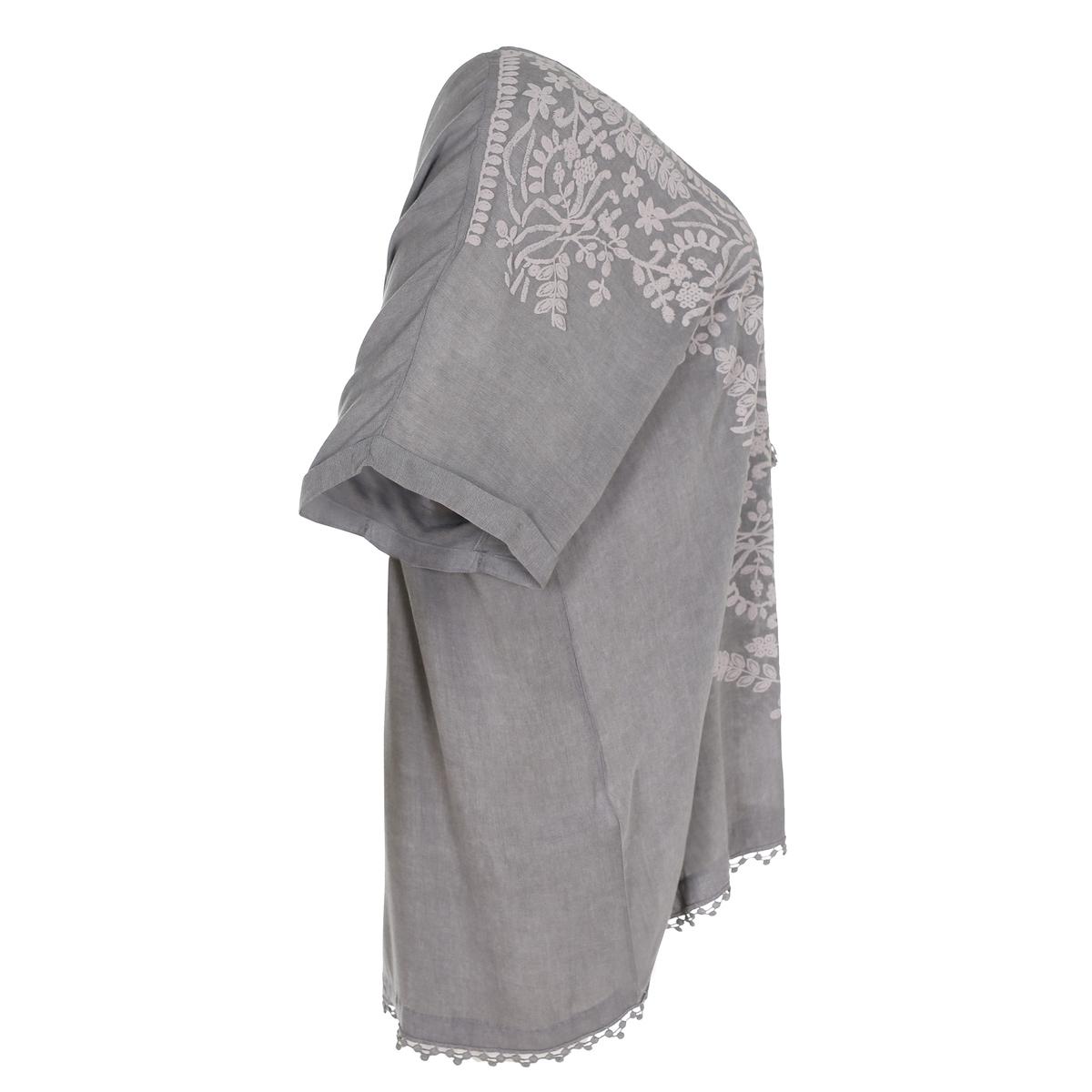 БлузкаБлузка с этническими мотивами MAT FASHION. Струящаяся ткань с принтом в этническом стиле спереди . Украшение подрубленного края вязкой крючком . Короткие рукава. V-образный вырез с завязками с бахромой  . 100% вискоза<br><br>Цвет: серый<br>Размер: 48/52 (FR) - 54/58 (RUS)
