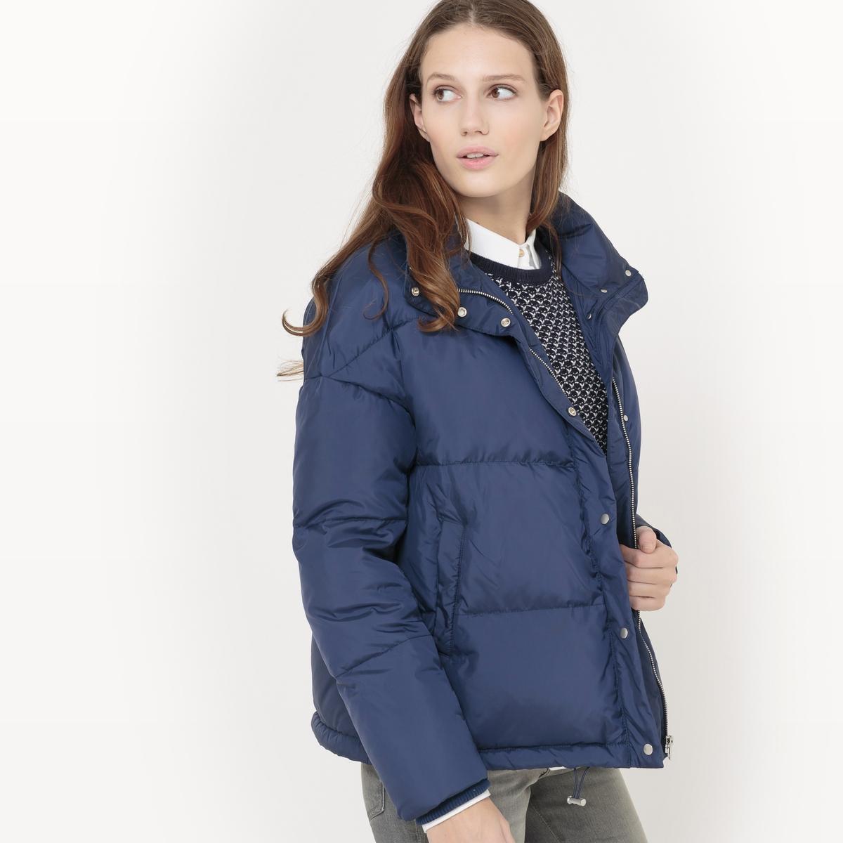 Куртка стеганая оверсайзСтеганая куртка. Покрой оверсайз. Капюшон. Застежка на молнию. 2 кармана по бокам.  Состав и описание Материал верха : 100% полиэстер - Подкладка 100% полиэстерНаполнитель : 70% пуха, 30% пераДлина : 64 смМарка : R essentielУходМашинная стирка при 30 °C Машинная сушка запрещенаНе гладить<br><br>Цвет: зеленый,темно-синий<br>Размер: 38 (FR) - 44 (RUS).36 (FR) - 42 (RUS).34 (FR) - 40 (RUS).46 (FR) - 52 (RUS).44 (FR) - 50 (RUS).42 (FR) - 48 (RUS).34 (FR) - 40 (RUS).44 (FR) - 50 (RUS)
