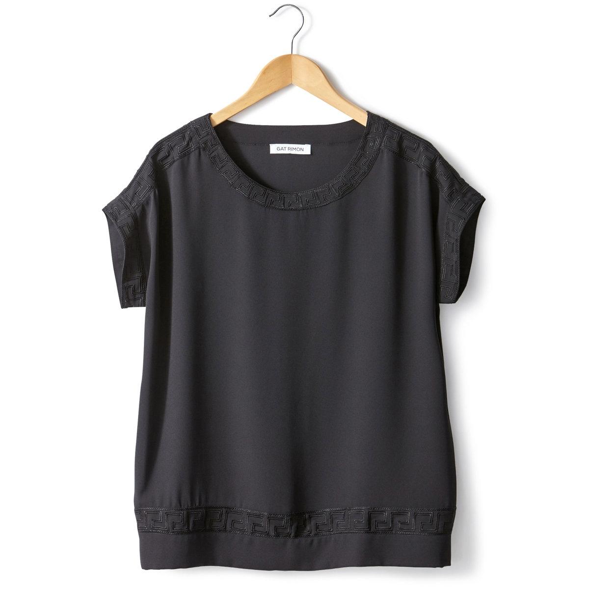 Блузка FAFY с вышивкой и короткими рукавамиБлузка с вышивкой, модель FLAFY от GAT RIMON. Короткие рукава, круглый вырез. Прямой покрой, вышивка графичным узором по краю выреза, низа и рукавов. Блузка из 100% полиэстера. Вышивка из 100% хлопка.<br><br>Цвет: черный<br>Размер: 3(L)