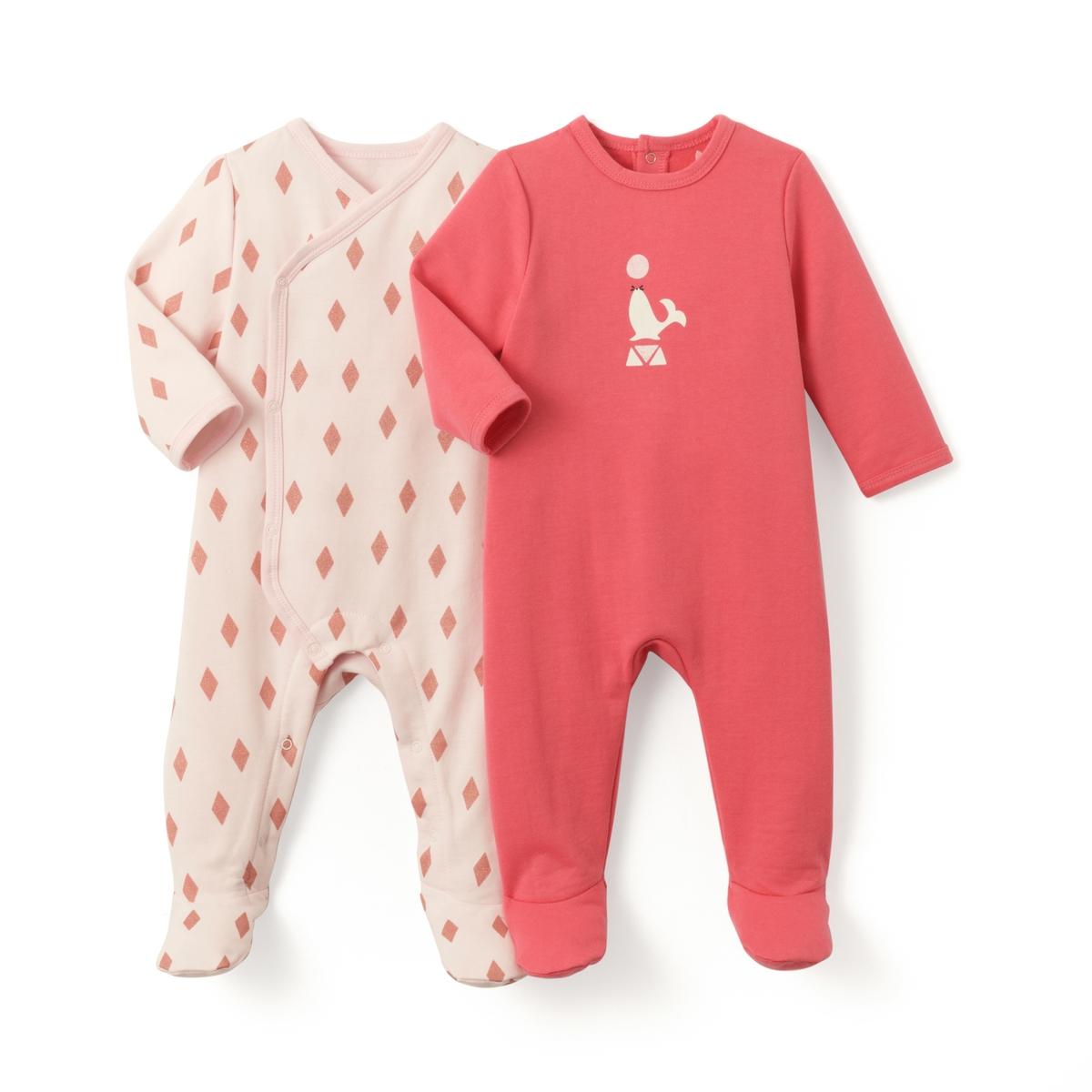 2 пижамы из мольтона, 0 мес. - 3 годаПижама из мольтона. В комплекте 2 пижамы : 1 пижама с рисунком блестящий ромб + 1 пижама с рисунком морской котик. 1 пижама с круглым вырезом и застежкой и клапаном на кнопках сзади и 1 пижама с запахом. Носочки с противоскользящим эффектом от 12 месяцев (74 см), эластичные вставки сзади для лучшей поддержки. Верх пижамы без этикетки, чтобы не вызывать раздражение или зуд на коже ребенка.Товарный знак Oeko-Tex®. Знак Oeko-Tex® гарантирует, что товары прошли проверку и были изготовлены без применения вредных для здоровья человека веществ.Состав и описание :    Материал       мольтон,  60% хлопка, 40% полиэстера  Уход : Машинная стирка при 40 °C в умеренном режиме с вещами схожих цветов. Стирать, сушить и гладить с изнаночной стороны. Машинная сушка на умеренном режиме. Гладить при низкой температуре.  * Международный знак Oeko-tex гарантирует отсутствие вредных или раздражающих кожу веществ.<br><br>Цвет: розовый<br>Размер: 2 года - 86 см.3 года - 94 см.1 год - 74 см.0 мес. - 50 см.1 мес. - 54 см.3 мес. - 60 см