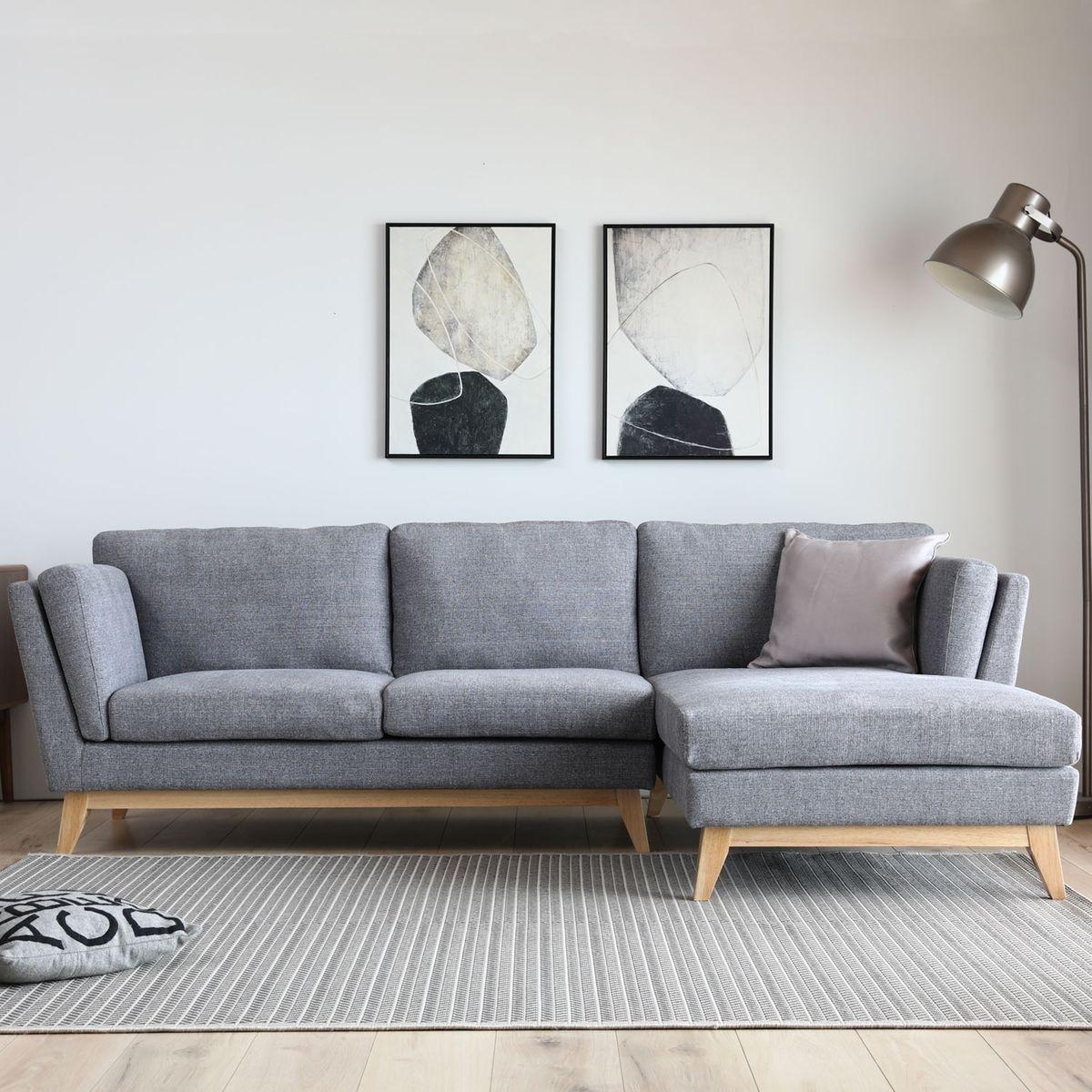 Canapé 3 places scandinave avec pieds en bois méridien et nord en gris clair.