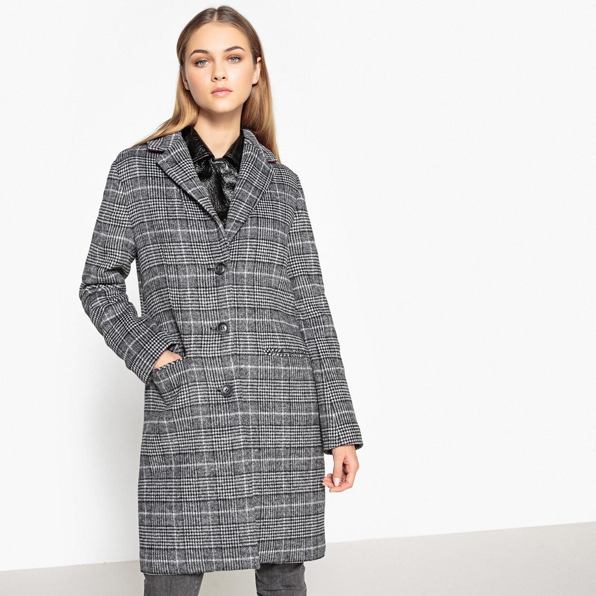 Пальто в клетку 40% шерстиОчень модный мужской покрой, теплое и удобное зимнее пальто . Симпатичный принт в клетку, придающий элегантность .Детали •  Длина : средняя •   V-образный вырез •  Рисунок-принт • Застежка на пуговицыСостав и уход •  40% шерсти, 5% других волокон, 55% полиэстера •  Подкладка : 100% полиэстер • Не стирать  •  Любые растворители / не отбеливать   •  Не использовать барабанную сушку   •  Низкая температура глажки •  Длина : 94 см<br><br>Цвет: в клетку<br>Размер: 44 (FR) - 50 (RUS).48 (FR) - 54 (RUS).42 (FR) - 48 (RUS).36 (FR) - 42 (RUS)