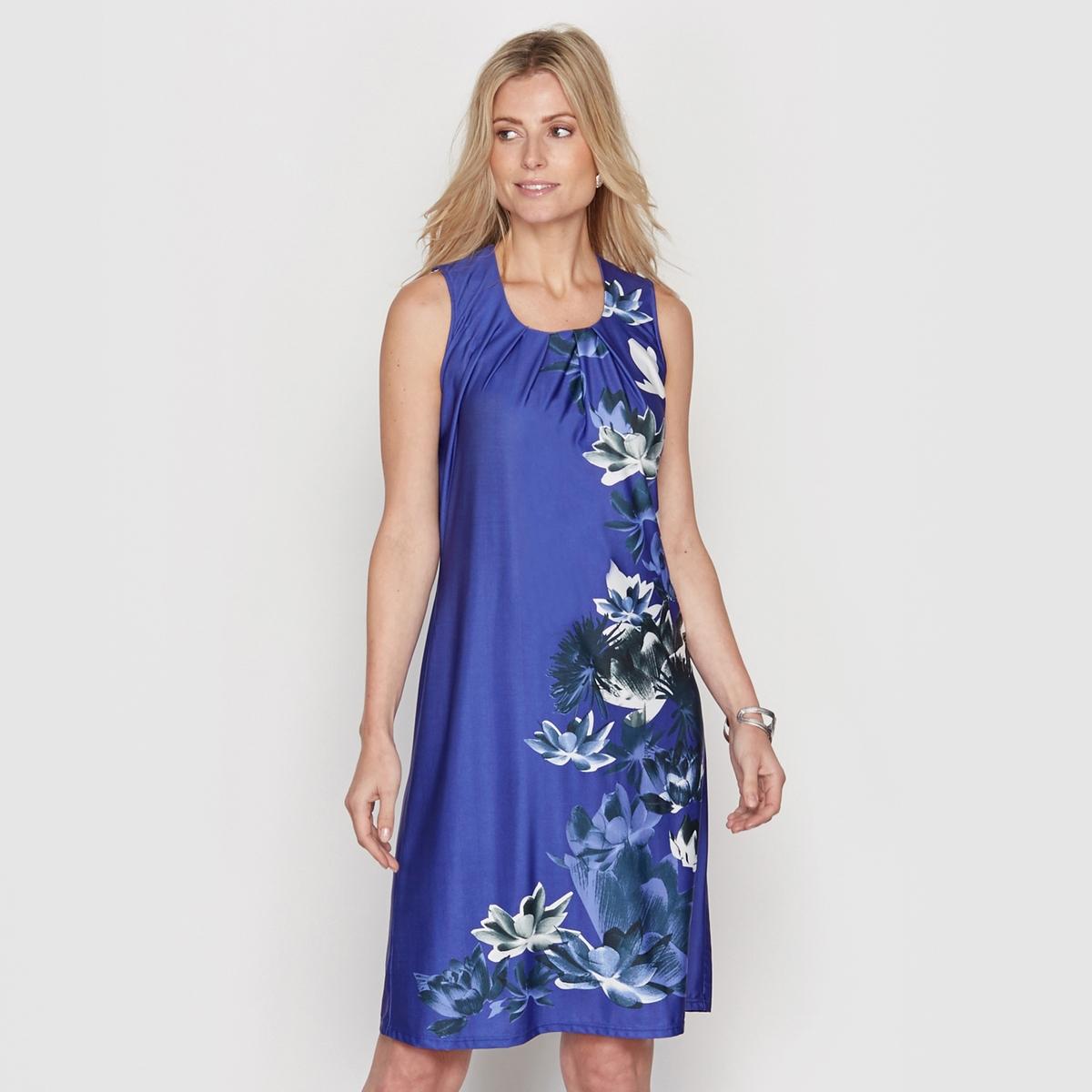 Платье без рукавовПлатье без рукавов. Круглый вырез.  Принт спереди. Складки по вырезу. Вырез-капелька и застежка на пуговицу на спине. Длина. 90 см. Струящийся трикотаж, 91% полиэстера, 9% эластана.<br><br>Цвет: Синий/рисунок на синем фоне<br>Размер: 38 (FR) - 44 (RUS).44 (FR) - 50 (RUS)