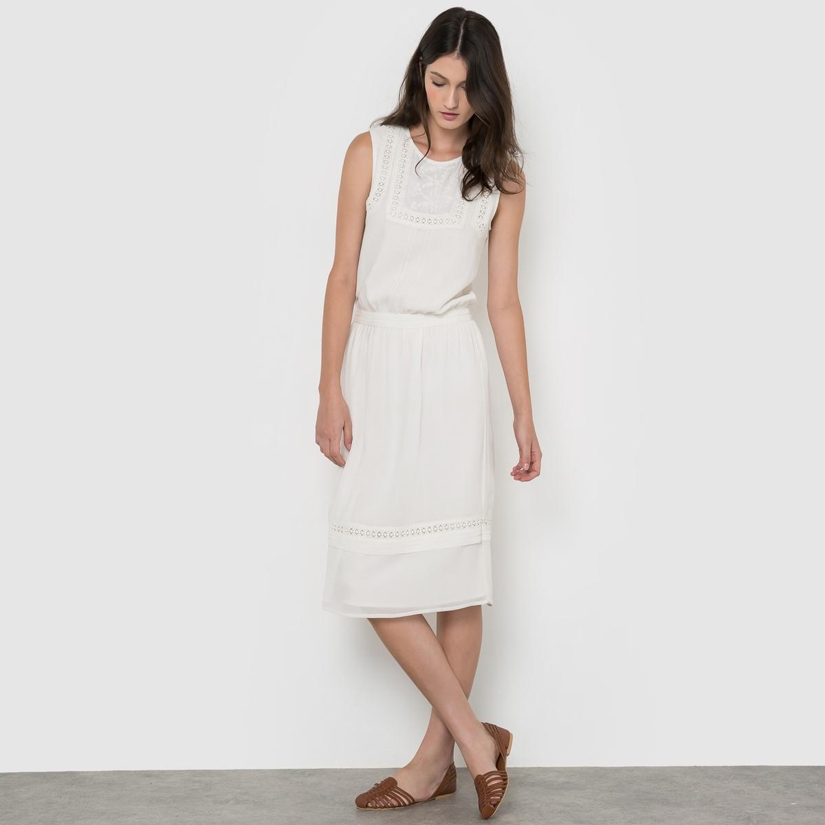 Платье без рукавов с отделкой кружевом и вышивкой