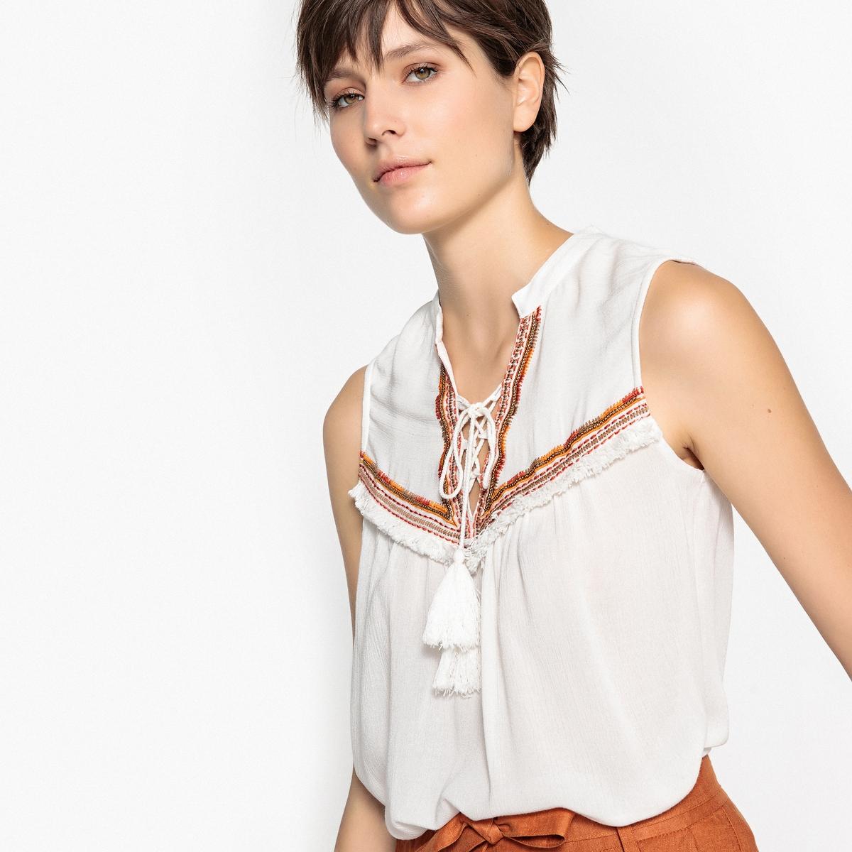 Blusa com decote tunisino, detalhe pompons, sem mangas
