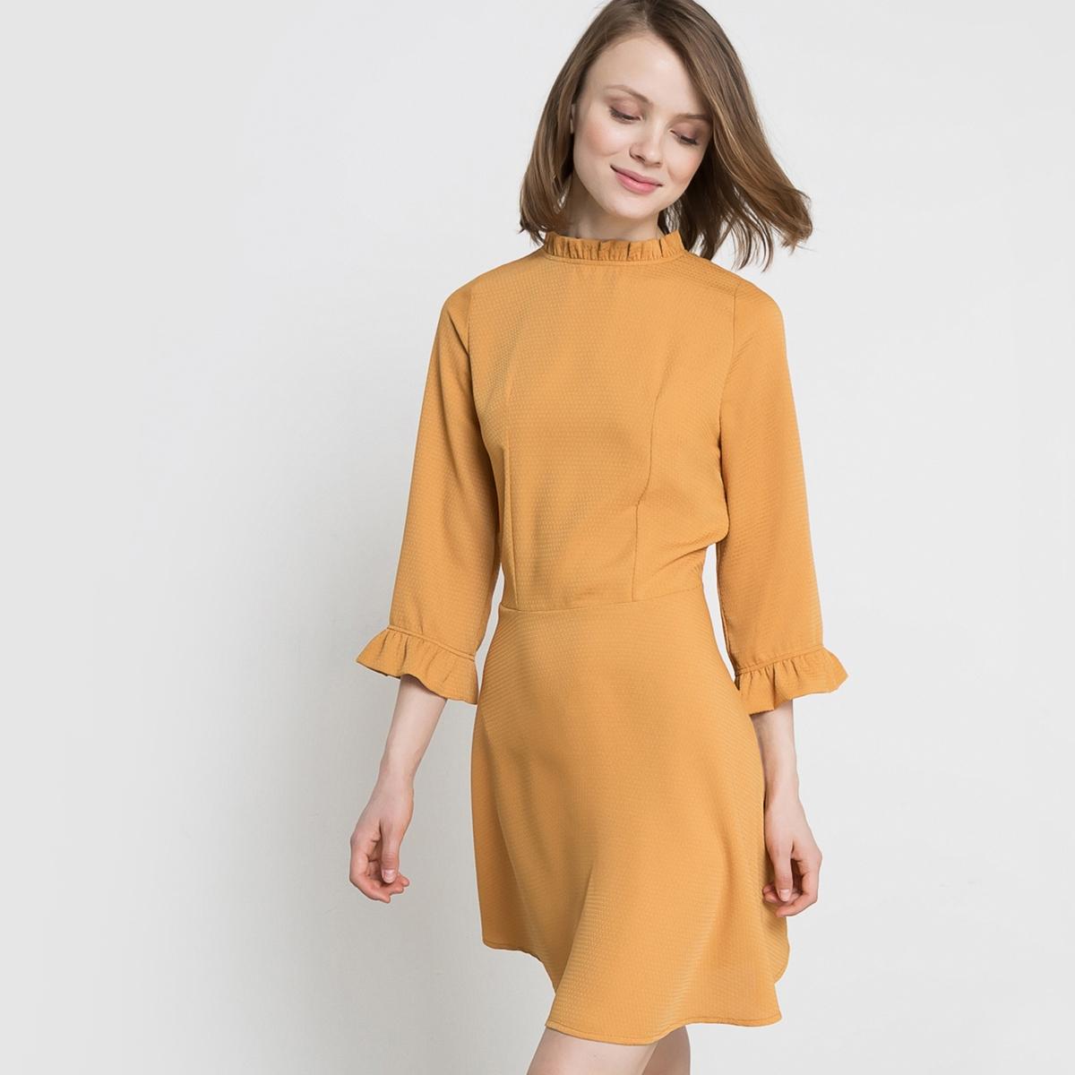Платье с гофрированным эффектомПлатье с гофрированным эффектом. Небольшой викторианский воротник  . Рукава 3/4 с воланом снизу. Отрезное по талии. Вырез-капелька с застежкой на пуговицу сзади.Состав и описание : Материал: 100% полиэстераДлина 90 смМарка: Mademoiselle R. Уход :Машинная стирка при 30 °C с вещами схожих цветов.Стирка и глажка с изнаночной стороны..Машинная сушка на умеренном режиме..Гладить на низкой температуре..<br><br>Цвет: охра<br>Размер: 44 (FR) - 50 (RUS).42 (FR) - 48 (RUS)