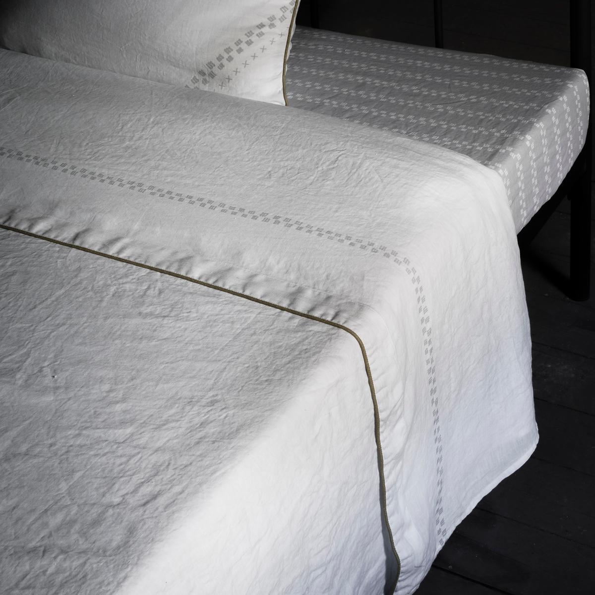 Простыня льнянаяСовременный дизайн красивого постельного белья, которое сохранило изысканность старины! Данная модель - обновлённая простыня.Характеристики:- 100% льна с лёгким жатым эффектом. Натуральный материал, элегантный и естественный, мягкий, струящийся, который со временем становится ещё мягче и красивее.- Однотонная белая простыня с красивой светло-серой отделкой.- Отделка золотистым кантом.- Стирка при 60°С.- Не требует глажки.Размеры:- 180  x 290 см: 1-сп.- 240 х 290 см: 2-сп.- 270 x 290 см: 2-сп.Откройте для себя всю лимитированную коллекцию SAM BARON на сайте laredoute.ru.<br><br>Цвет: белый/ светло-серый