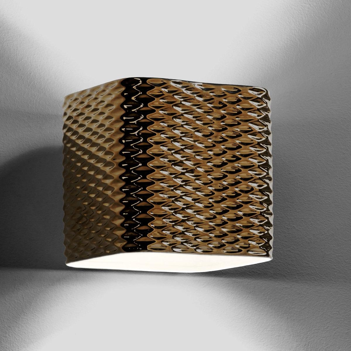 Светильник NastassiaИз рельефной блестящей керамики красно-коричневого цвета . Этот светильник привнесет стильную нотку в ваш интерьер . 2 патрона GU10 для лампочек макс 35 W (не входят в комплект) . Размеры : Д. 22 x Гл.22 x.22 см. Этот светильник совместим с лампочками    энергетического класса   : A-B-C-D-E.<br><br>Цвет: бронзовый