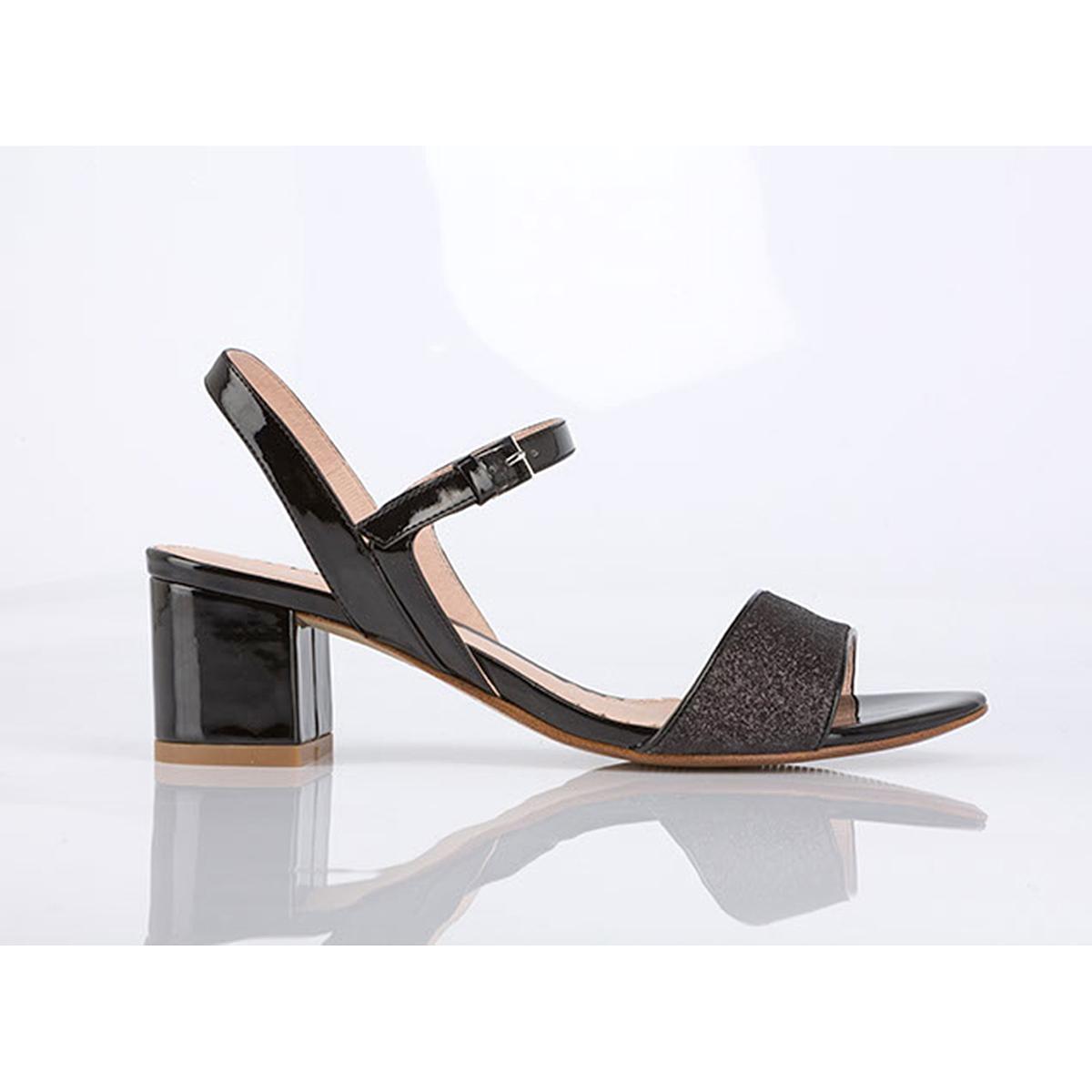 Босоножки BadamiВерх: текстиль и синтетика.Подкладка: кожа.  Стелька: кожа.  Подошва: синтетика.Высота каблука: 6 см.Форма каблука: квадратный.  Мысок:закругленный.  Застежка: пряжка.<br><br>Цвет: черный