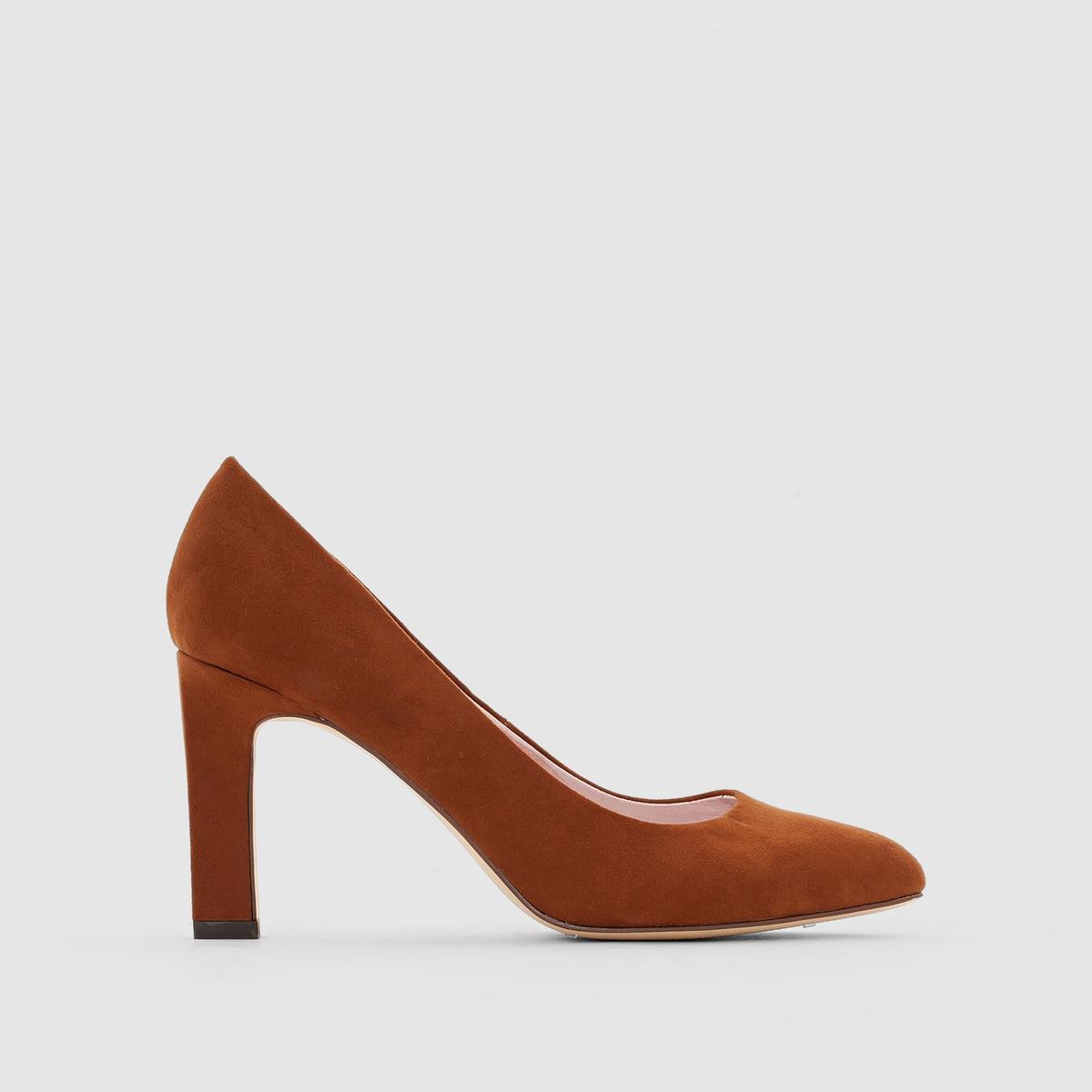 Туфли из искусственной замши на квадратном каблукеВерх : искусственная замша     Подкладка : кожа     Стелька : кожа     Подошва : эластомер     Высота каблука : 9 см     Форма каблука : квадратный  Мысок : заостренный     Преимущества : классические туфли, изящные и очень женственные.               Эта модель маломерит. Мы рекомендуем Вам заказывать модель на один размер больше Вашего обычного размера.<br><br>Цвет: темно-бежевый<br>Размер: 36.37.39