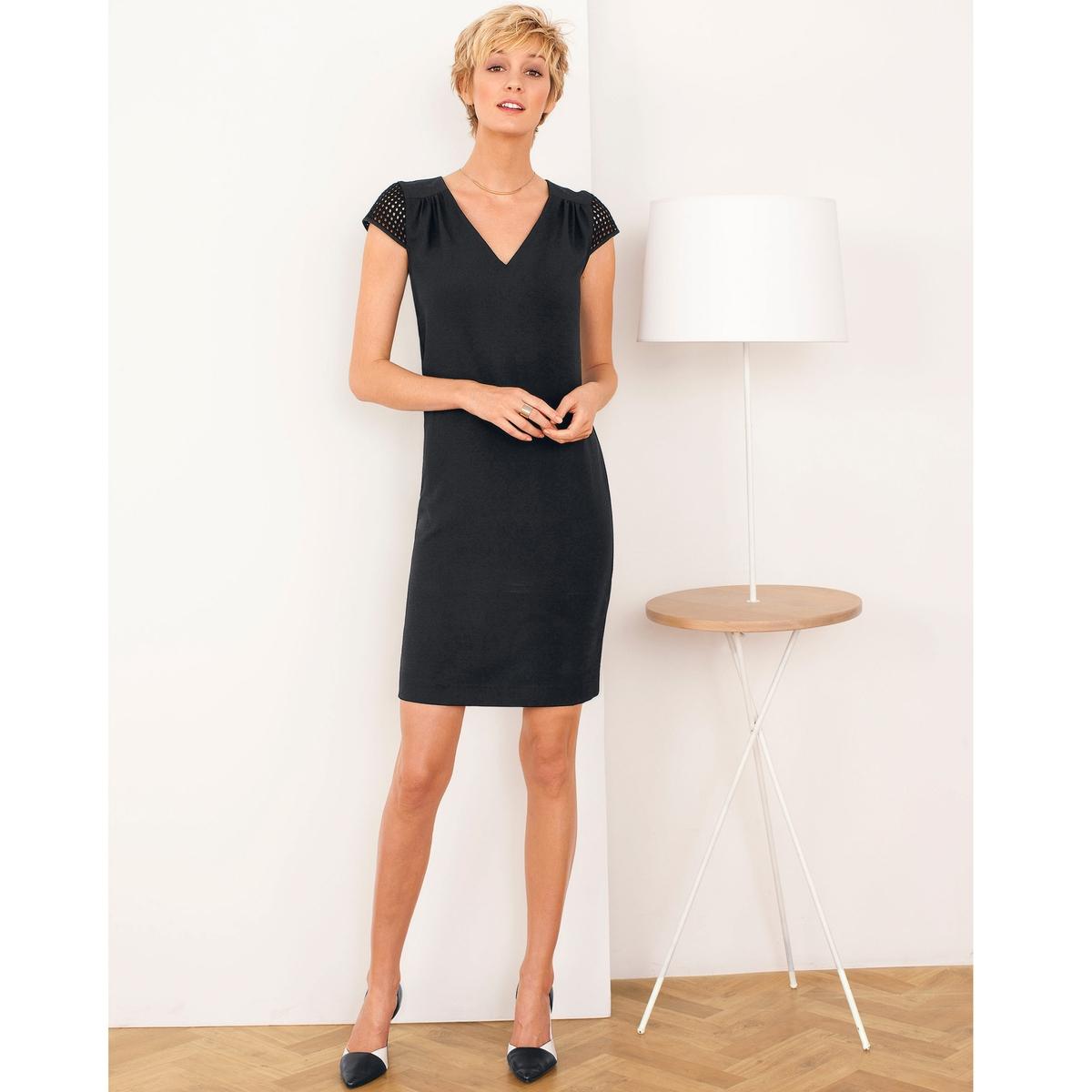 Платье прямоеПрямое платье. 97% полиэстера, 3% эластана. Рукава из гипюра, 100% хлопка. V-образный вырез. Длина ок. 92 см.<br><br>Цвет: черный<br>Размер: 36 (FR) - 42 (RUS)