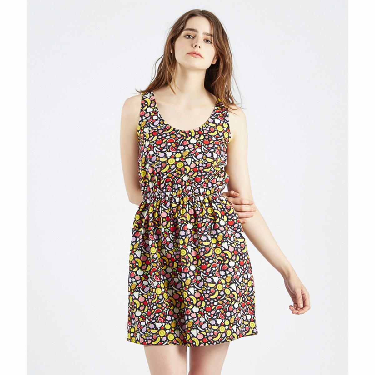 Платье с рисунком фрукты Vestido EcbertПлатье Vestido Ecbert : Летнее платье с рисунком фрукты! Короткое платье без рукавов, закругленный вырез, эластичный пояс со складками. Состав и описаниеМатериал : 100% хлопокМарка : Compania FantasticaМодель :Vestido EcbertУходСледуйте рекомендациям по уходу, указанным на этикетке изделия<br><br>Цвет: черный наб. рисунок<br>Размер: M
