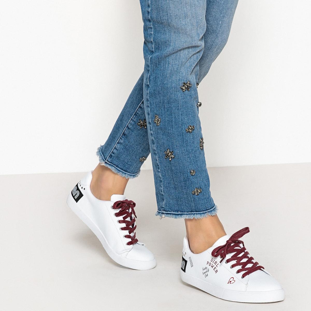 Zapatillas con mensaje feminista