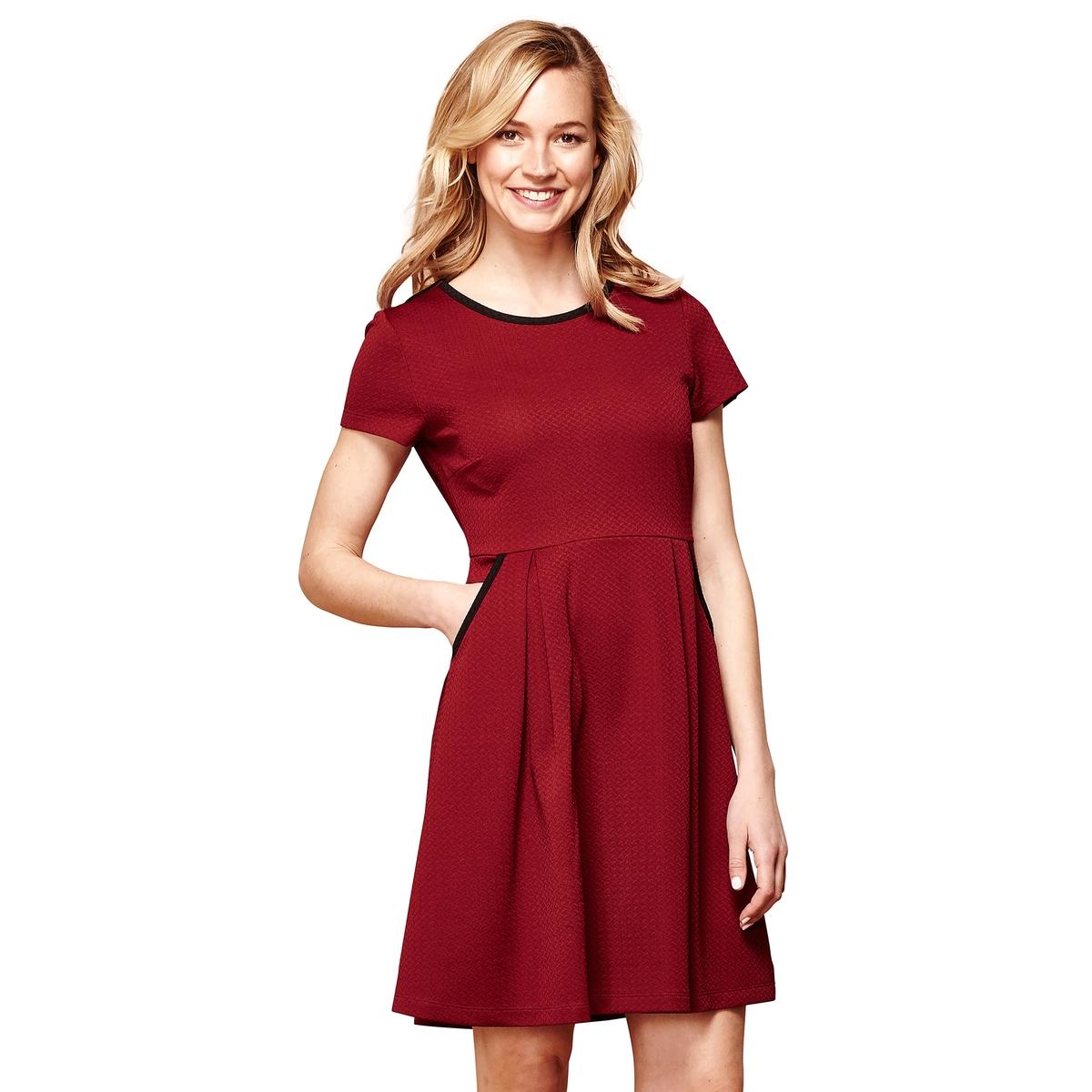 Платье прямого и короткого покроя с рисунком  короткими рукавами