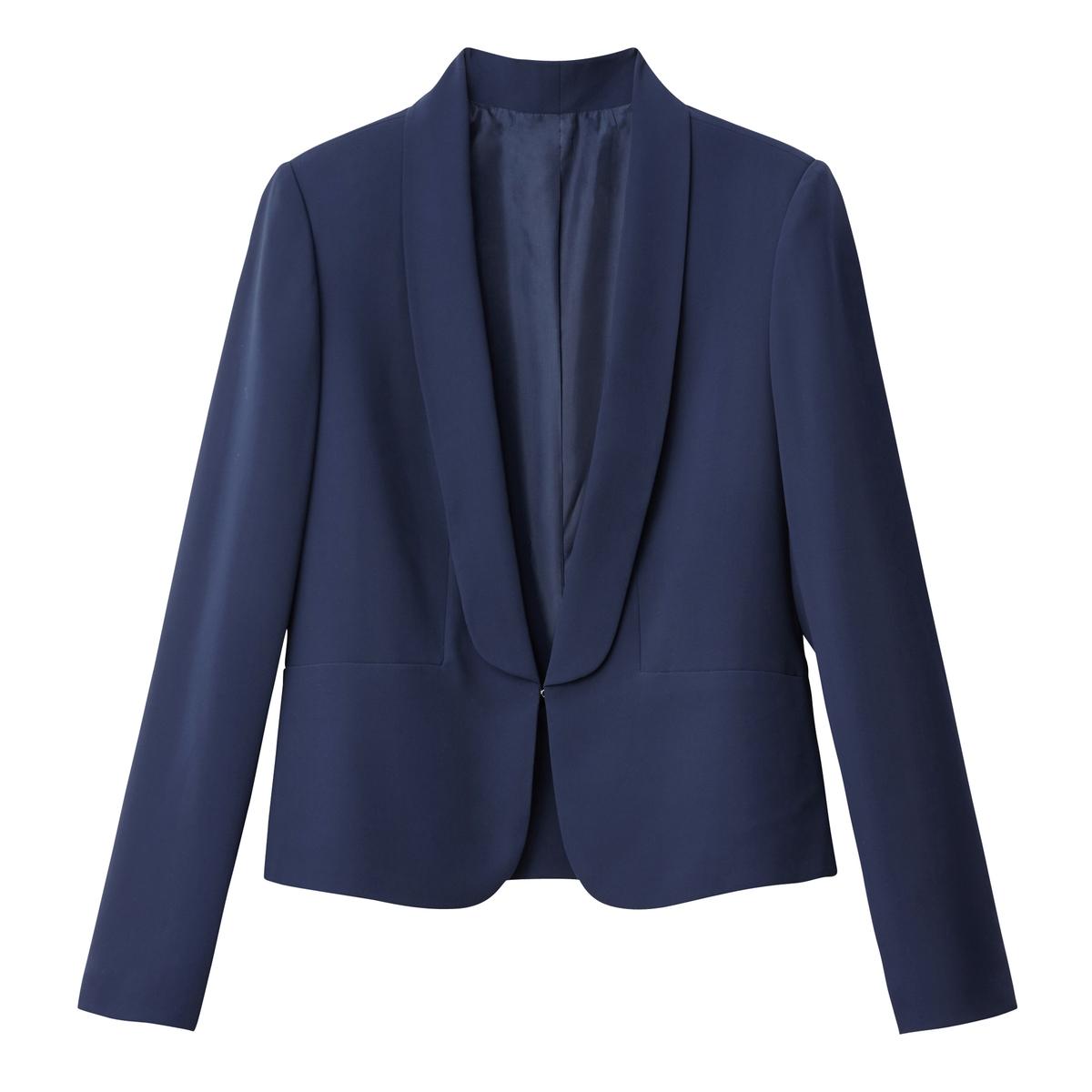 Chaqueta ligera y entallada estilo blazer, con cuello esmoquin