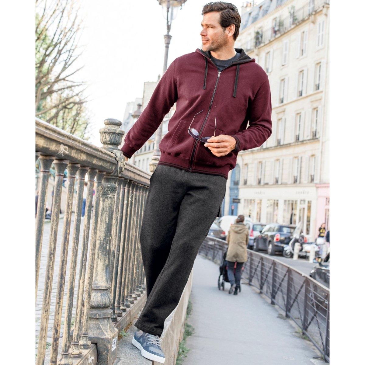 Брюки спортивные из мольтонаLa Redoute<br>Спортивные брюки из мольтона. Пояс в рубчик с полосками. 1 накладной карман на левой брючине. 2 кармана в боковых швах. Из мольтона, 55% хлопка, 45% полиэстера. Знак Oeko-Tex*.- Длина по внутр.шву : 72-77 см, в зависимости от размера. - Ширина по низу : 23-28 см, в зависимости от размера. *Международный знак Oeko-Tex гарантирует отсутствие вредных или раздражающих кожу веществ<br><br>Цвет: темно-серый меланж,темно-синий<br>Размер: 46/48.50/52.82/84.50/52.74/76.78/80.82/84.86/88 (FR) - 92/94 (RUS)