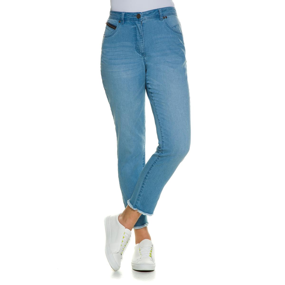 ДжинсыПокрой с 5 карманами, пояс со шлевками, эластичные вставки начиная с размера 52, застежка на пуговицу и молнию. Длина по внутр.шву . 72 см<br><br>Цвет: синий джинсовый<br>Размер: 54 (FR) - 60 (RUS)
