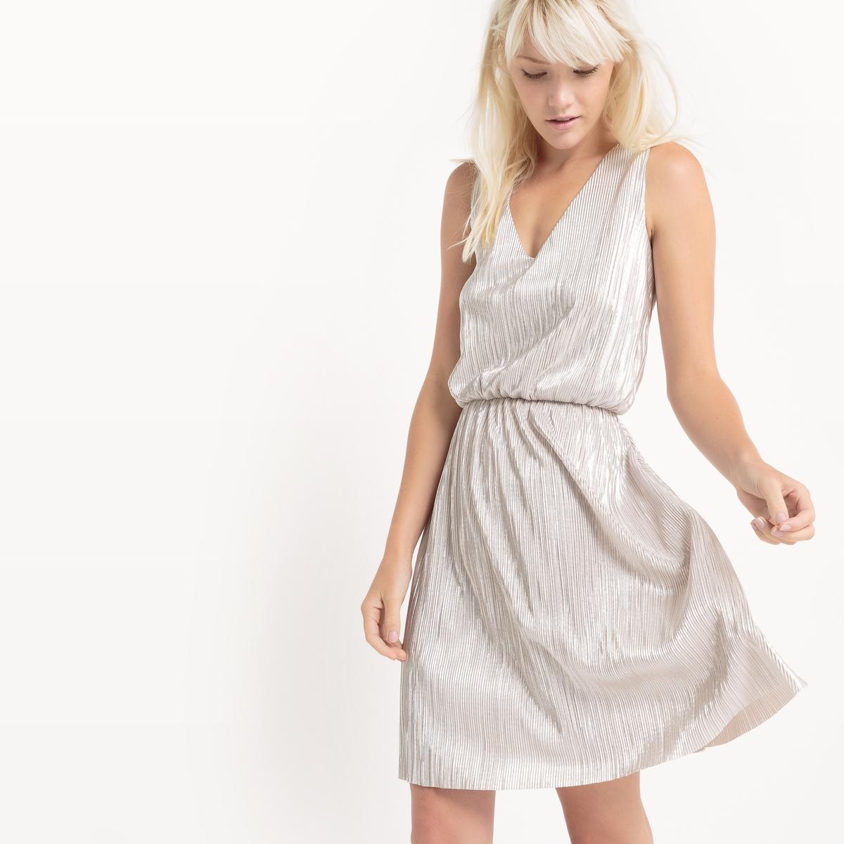 Платье из парчиПлатье из парчи бледно-золотистого цвета. Без рукавов. V-образный вырез спереди. V-образный вырез с запахом сзади. Эластичный пояс.Состав и описаниеМатериал : 100% полиэстерДлина : 100 смУходМашинная стирка при 30 °C в деликатном режиме Стирать с вещами схожих цветовИспользовать защитный чехолМашинная сушка запрещена Не гладить<br><br>Цвет: золотистый<br>Размер: 44 (FR) - 50 (RUS).38 (FR) - 44 (RUS)